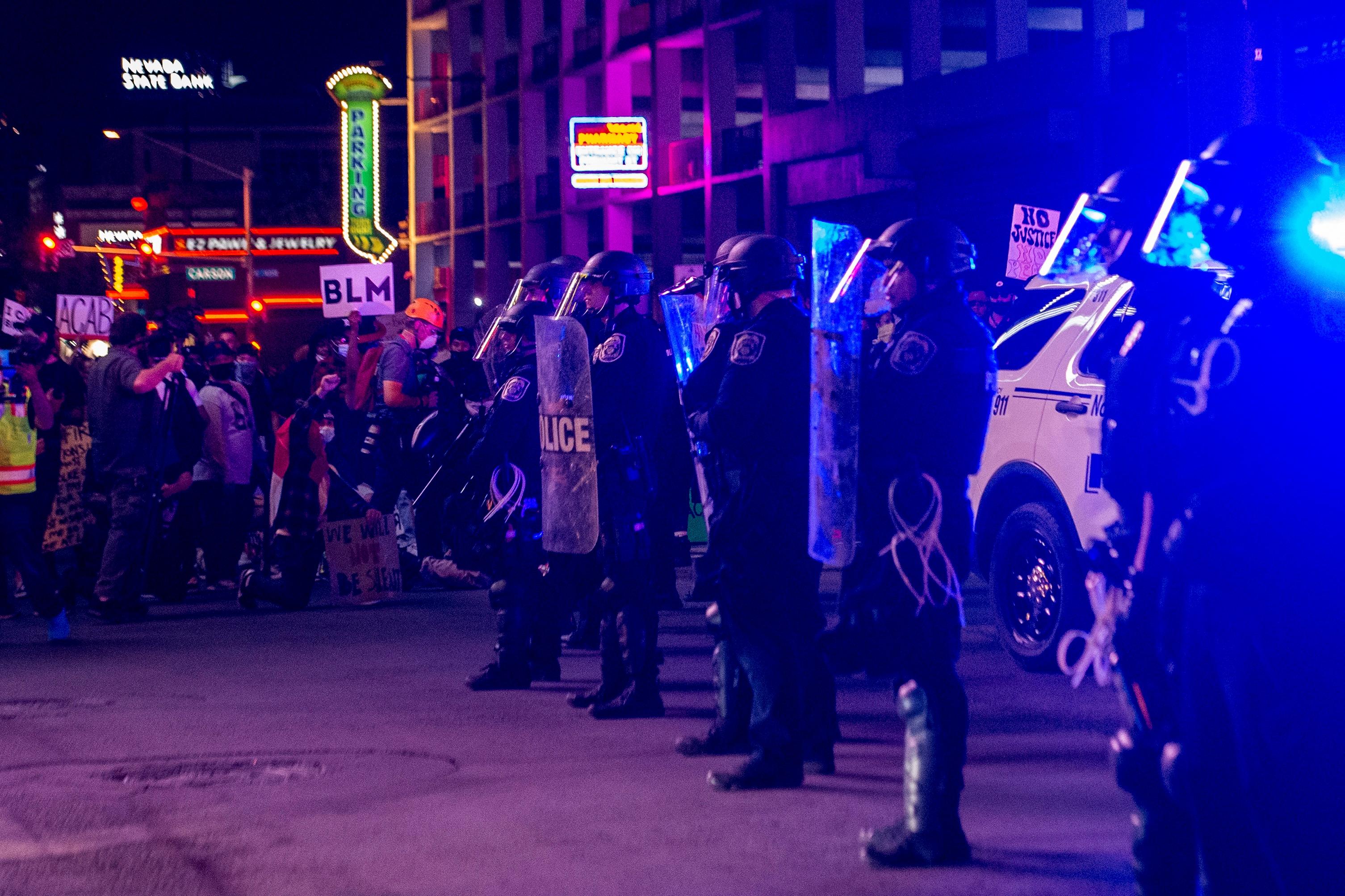 St. Louisban és Las Vegasban rendőrökre lőttek