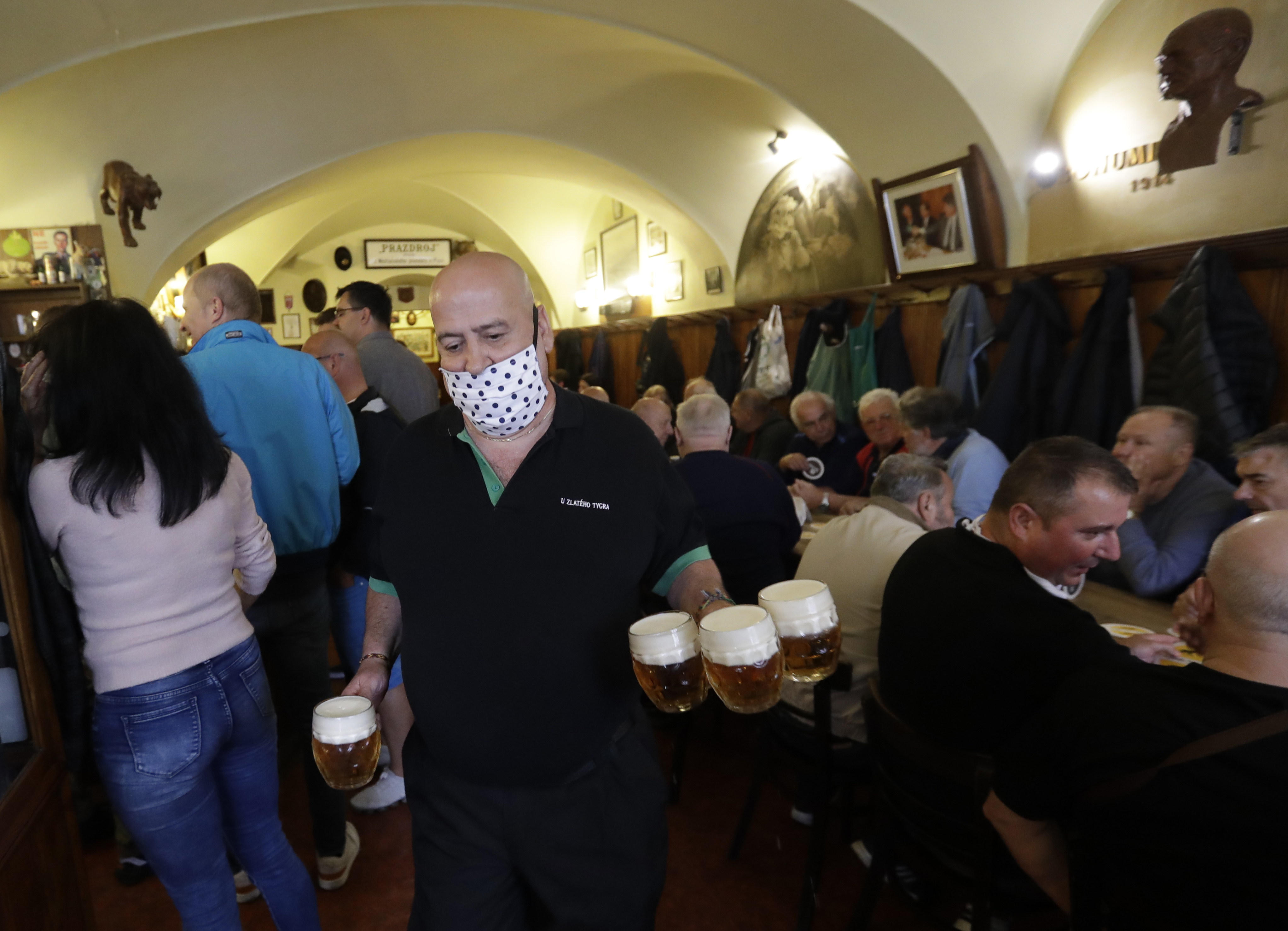 Egy ember hatvan másikat fertőzött meg egy prágai éjszakai klubban, de egyelőre nem zárják be a cseh szórakozóhelyeket