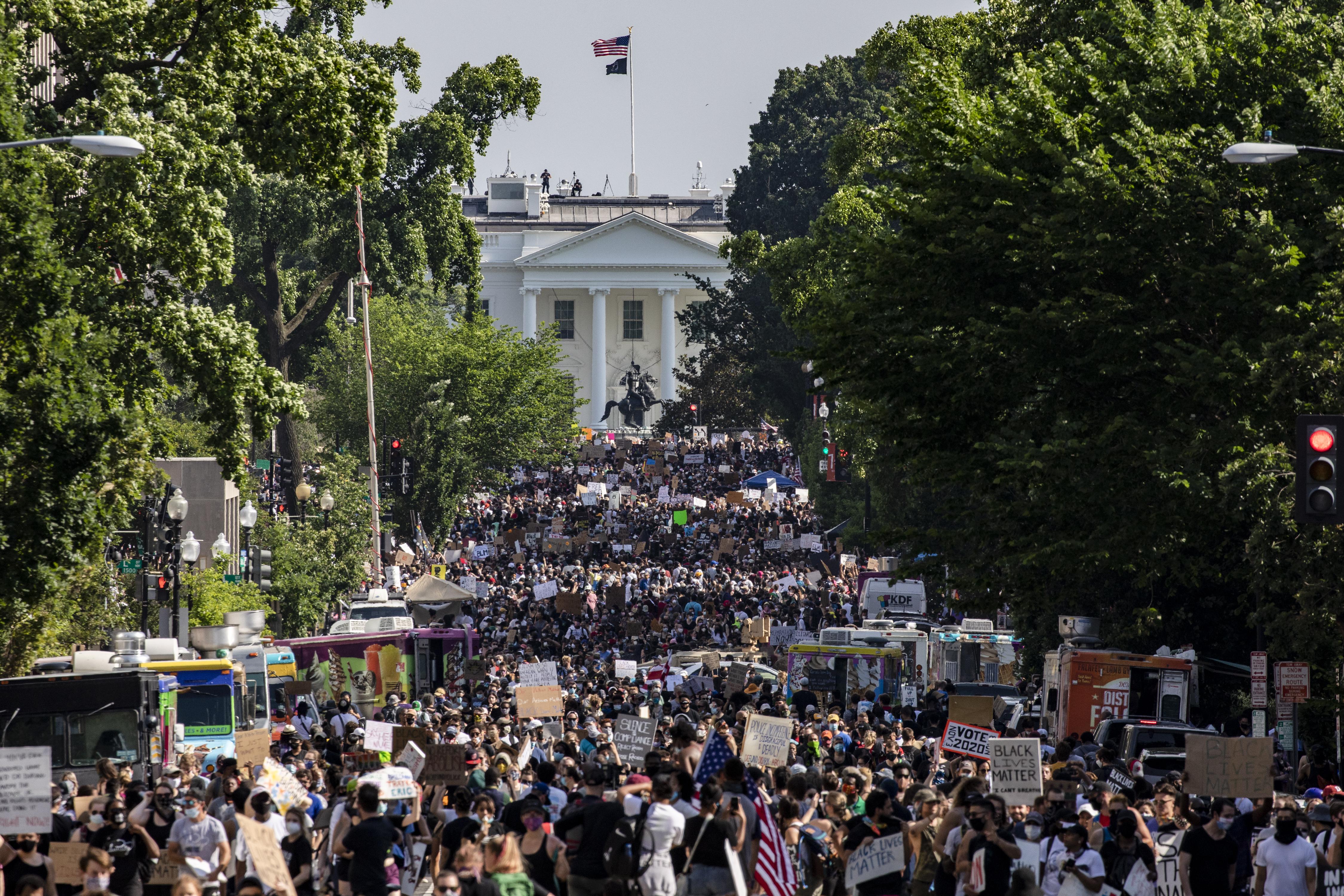 Békésebb hangulatban, de eddig nem látott tömegben tüntettek Amerikában