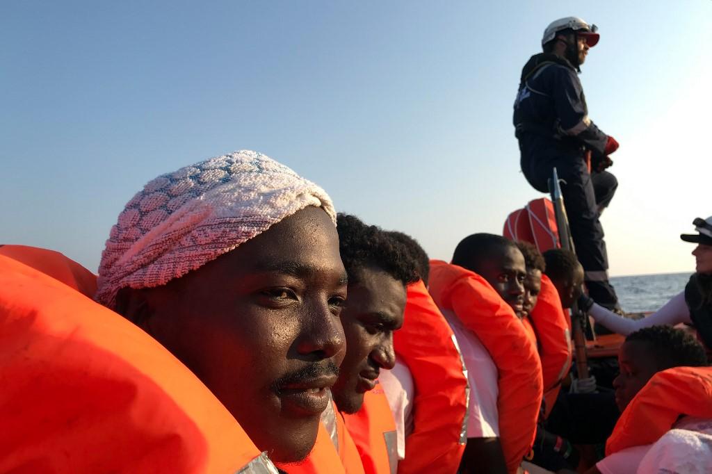 Több mint egy hónap tengeri fogság után léphet Máltára több száz menekült