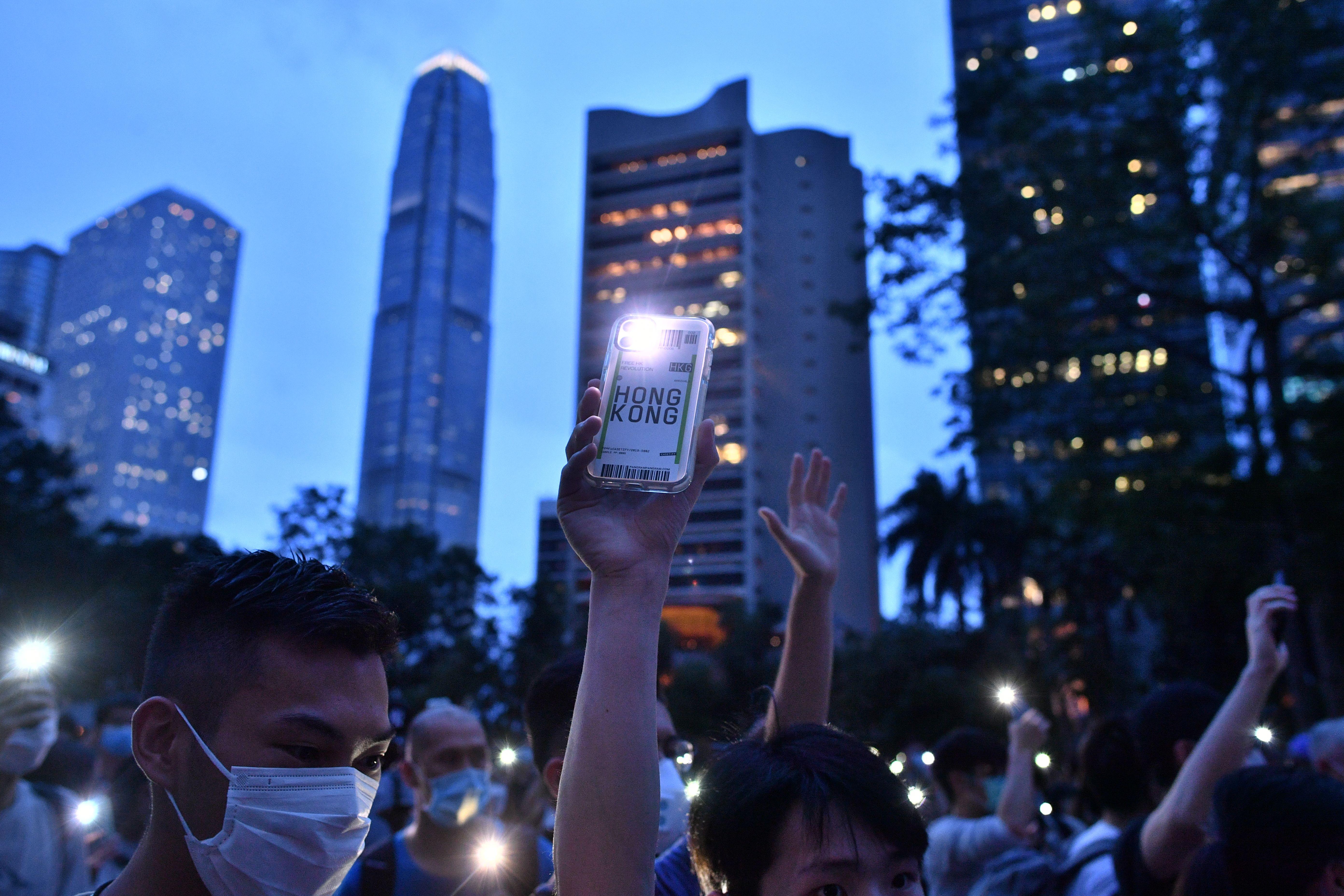 A tiltások ellenére több ezren tüntettek Hongkongban a kormányellenes mozgalom születésének első évfordulóján