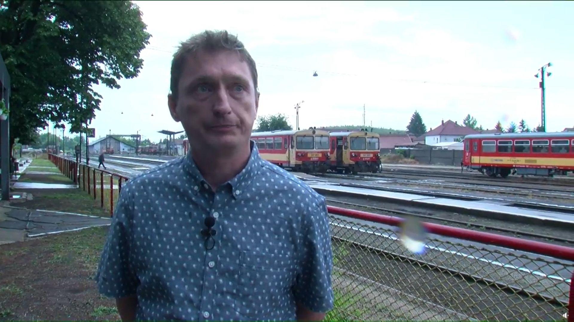 A saját pótlóbuszával szinte egyidőben fut be a megszüntetett vasúti járat Balassagyarmatra