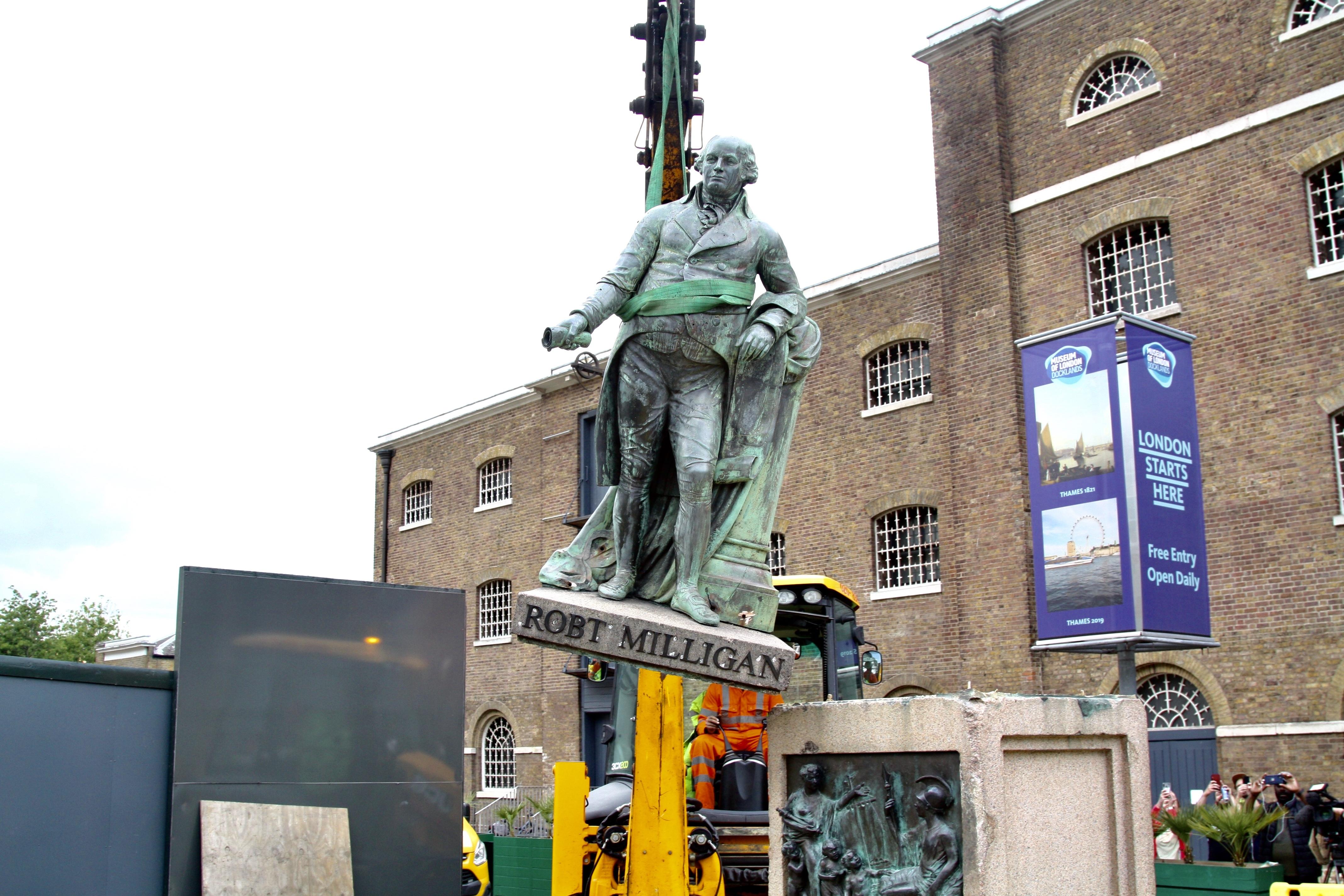 Boris Johnson szerint békén kell hagyni a szobrokat