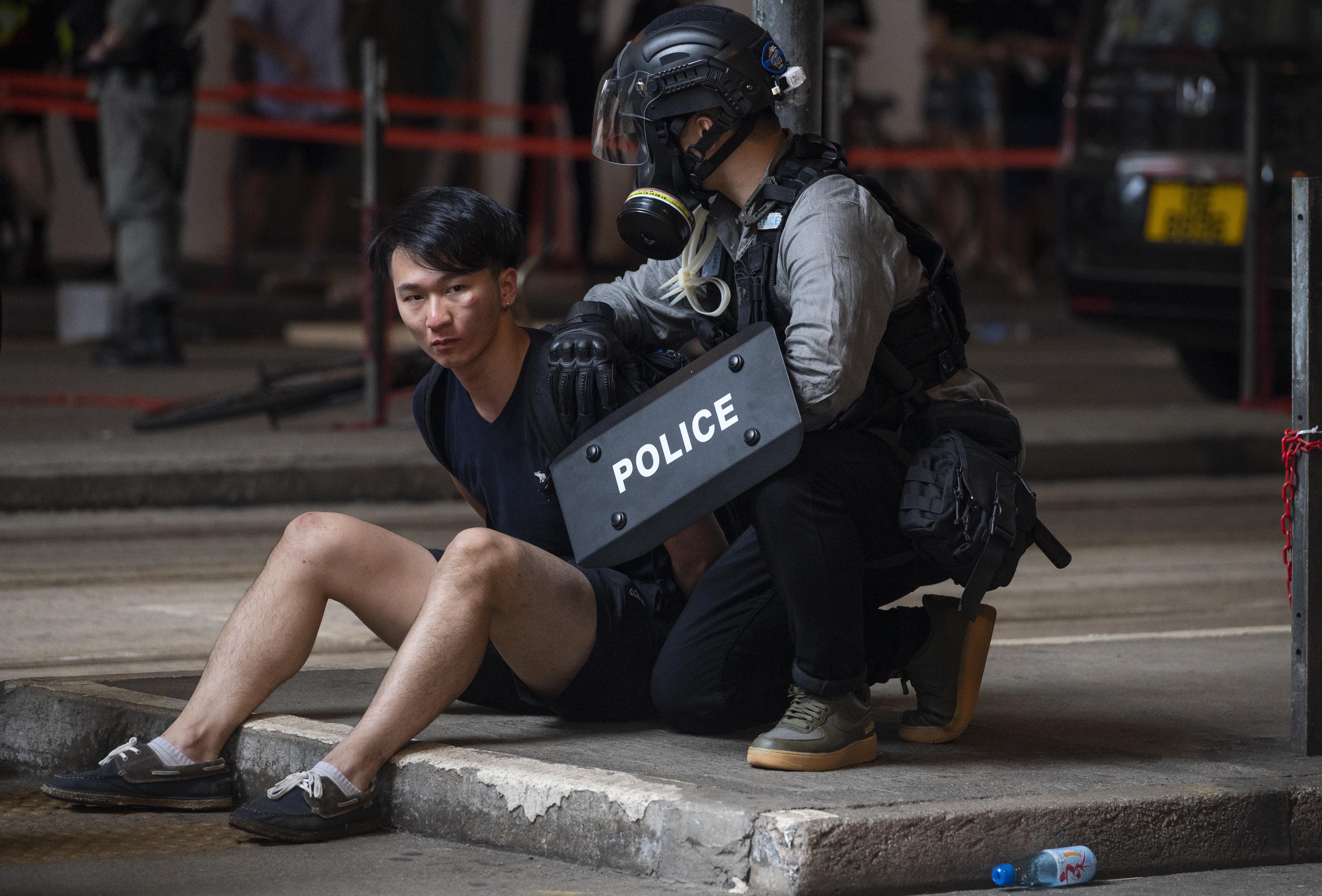 A hongkongi kormány felszólított 14 országot, hogy ne fogadják el a városállamból menekülők brit útlevelét