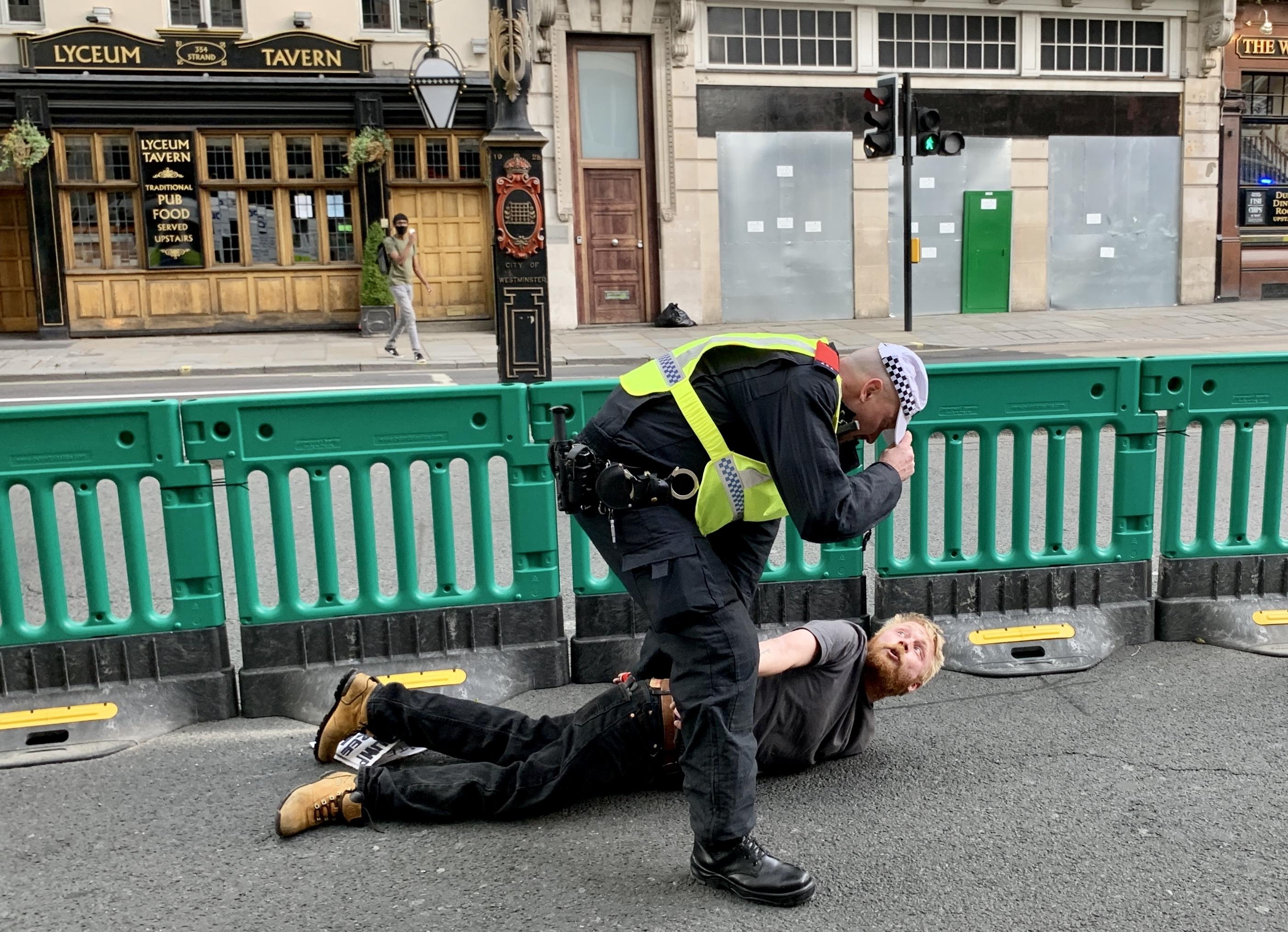 Több mint száz embert vettek őrizetbe Londonban, amikor összecsaptak a rasszizmusellenes tüntetők és a szélsőjobbosok