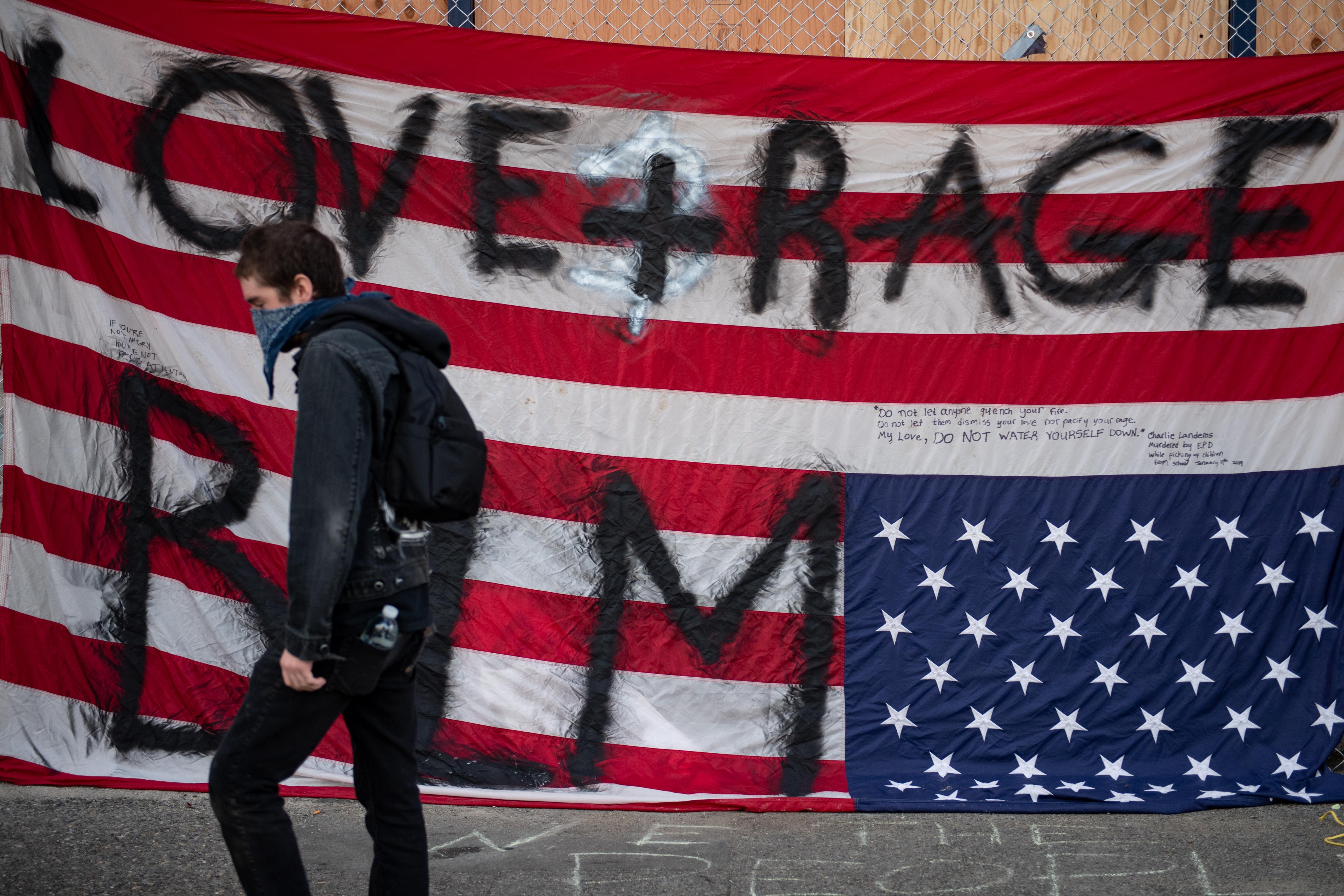 Seattle, elfoglalt zóna: utcabáli hangulat is van, meg gépfegyverek is