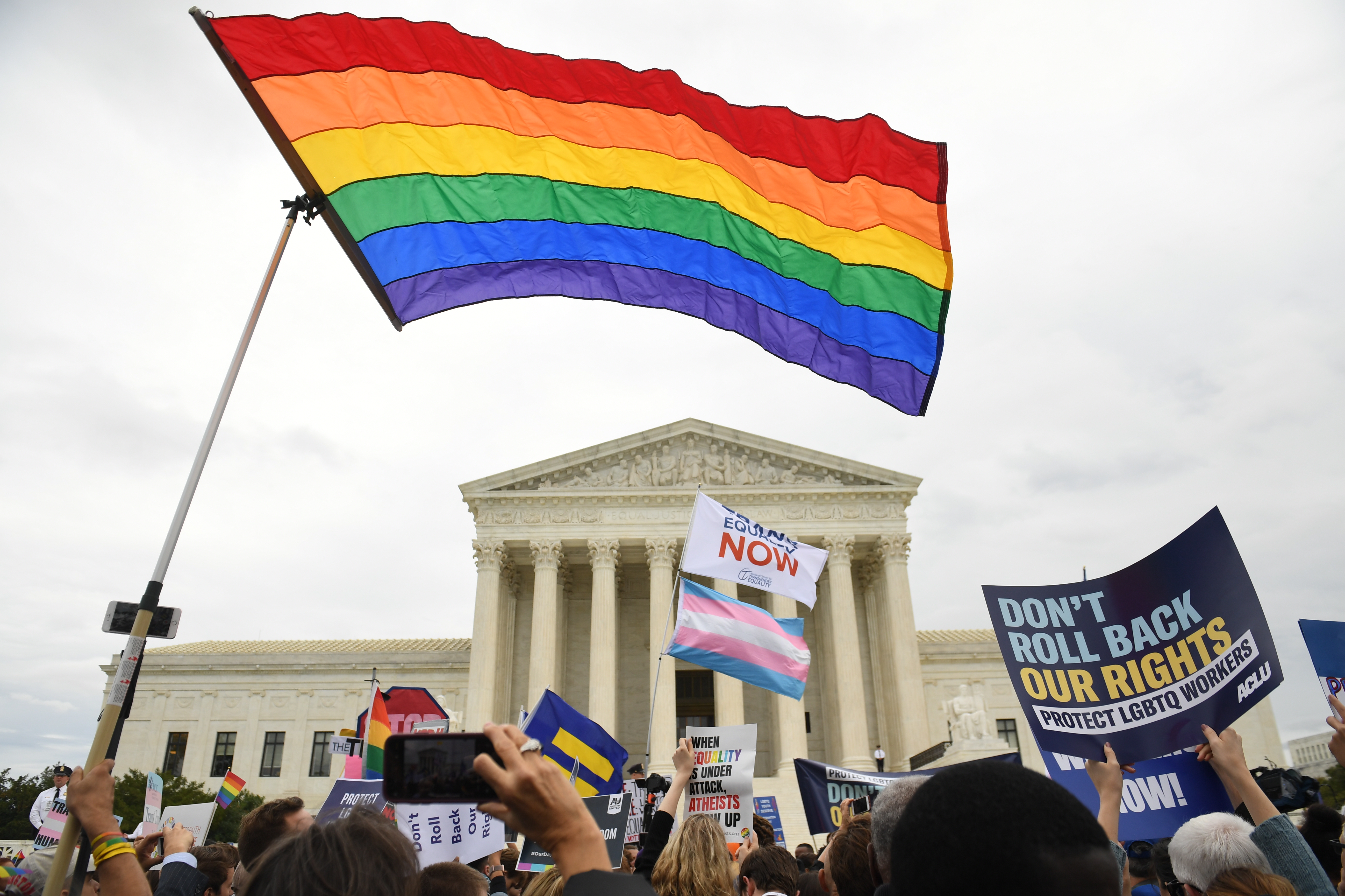 A melegekre és a transzokra is kiterjesztette a munkahelyi diszkrimináció tilalmát az USA legfelsőbb bírósága