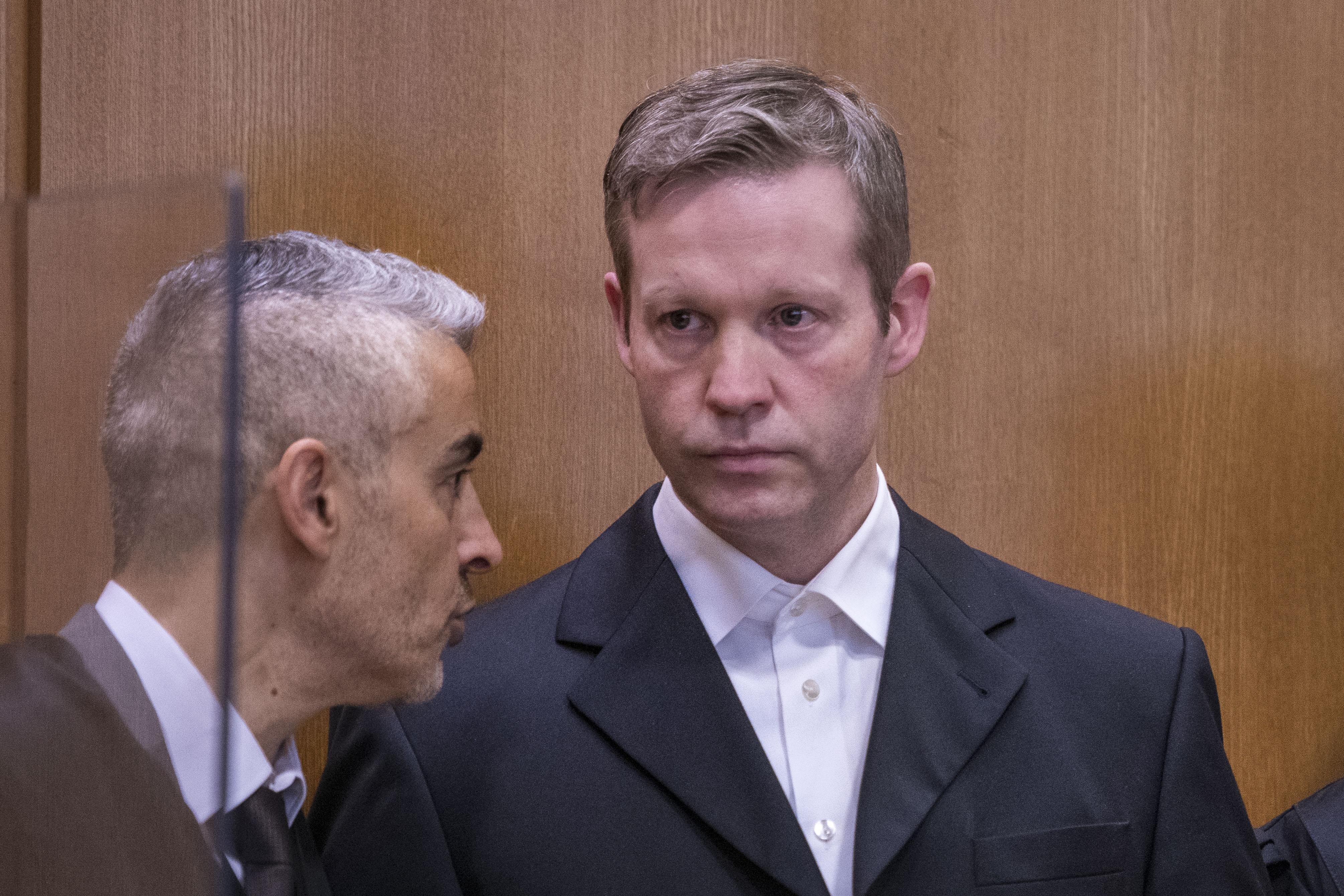 Bíróság előtt a német szélsőjobboldali férfi, aki a vád szerint agyonlőtte a menekültek mellett kiálló politikust