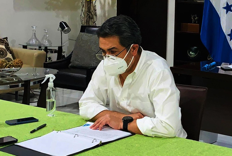 Tüdőgyulladással kórházba vitték a koronavírusos hondurasi elnököt