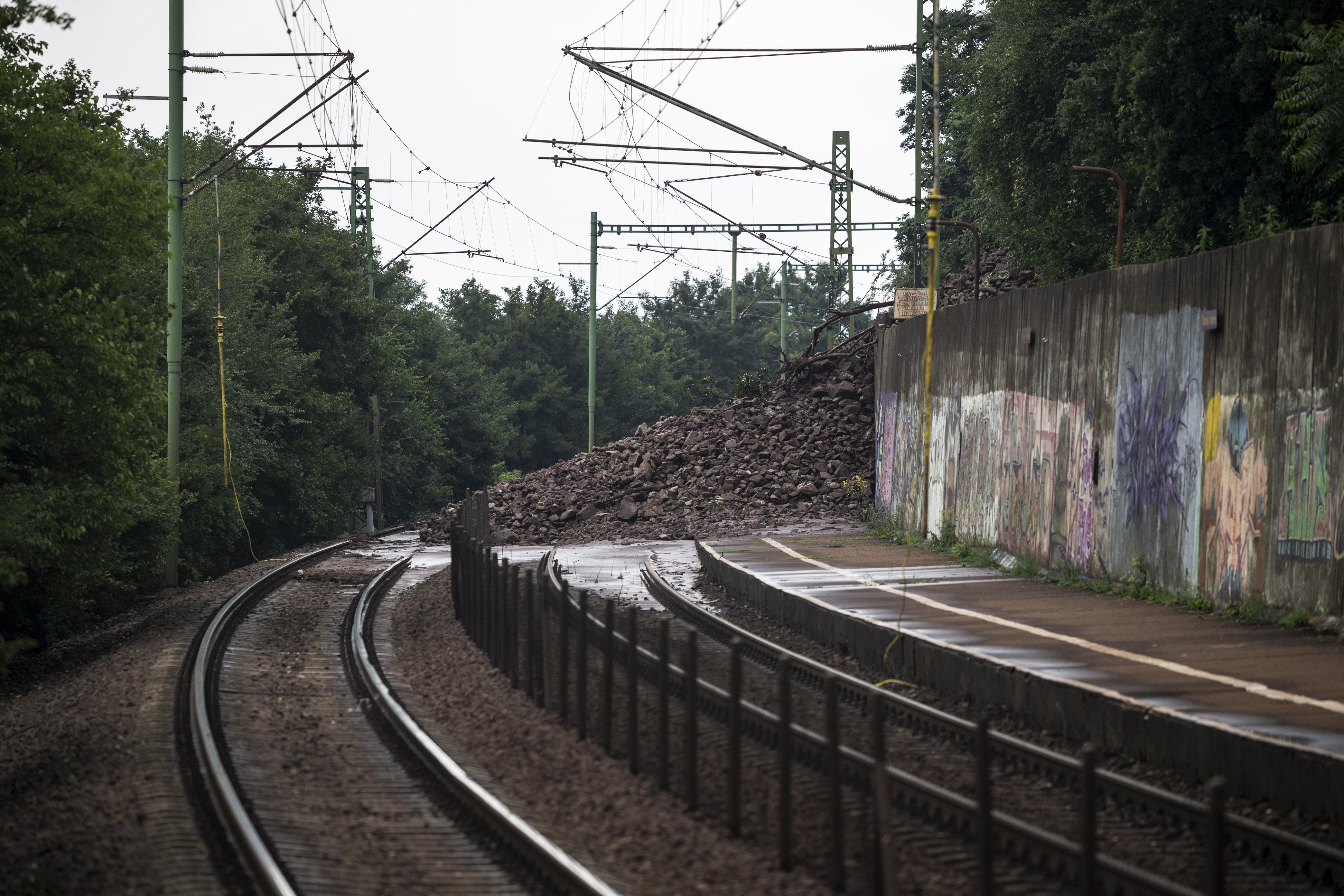 Csak egy vágányon, csak szép lassan, de újraindulnak a vonatok Nagymaros és Szob között
