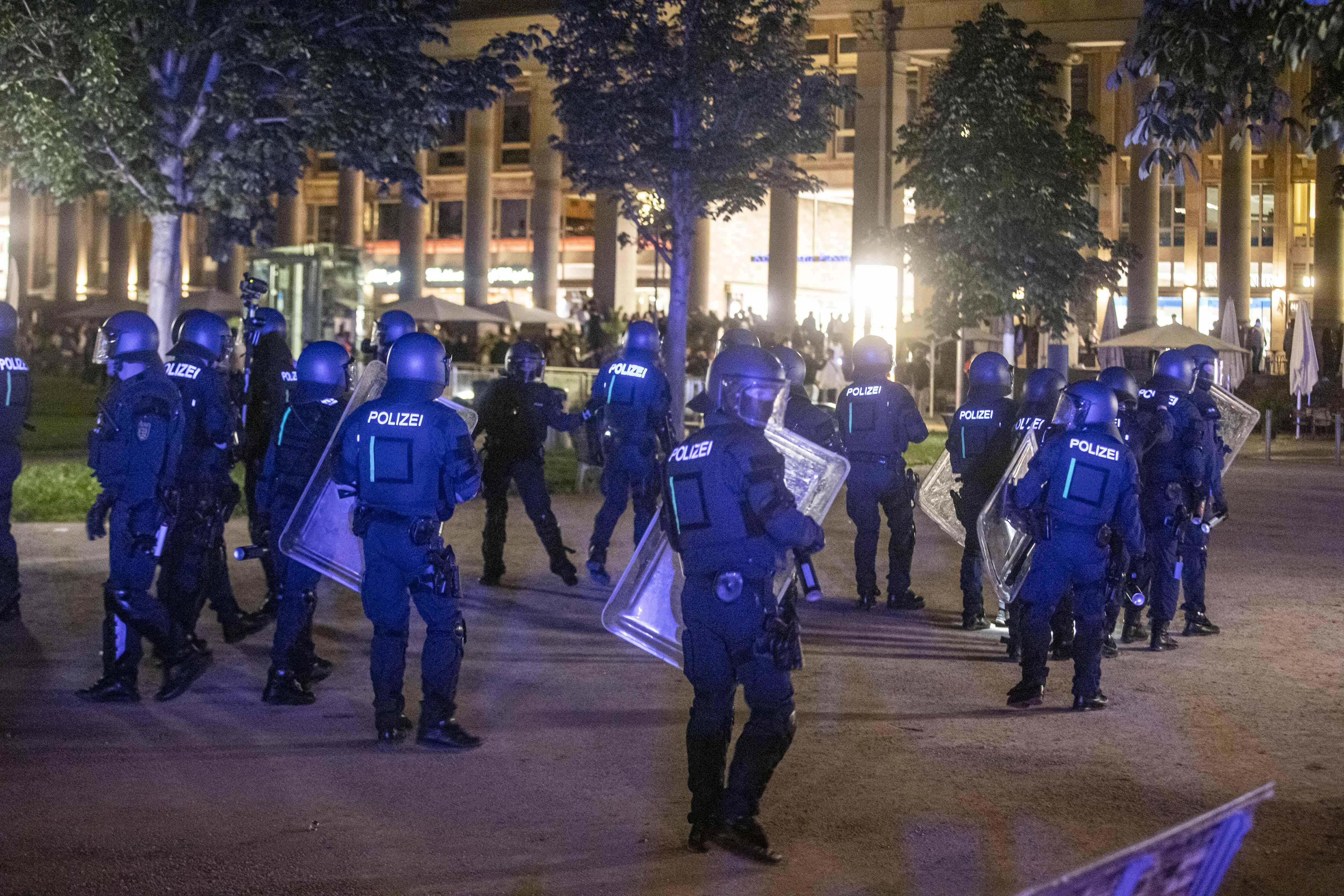 Éjjel komoly zavargások voltak Stuttgartban, tucatnyi rendőr megsérült