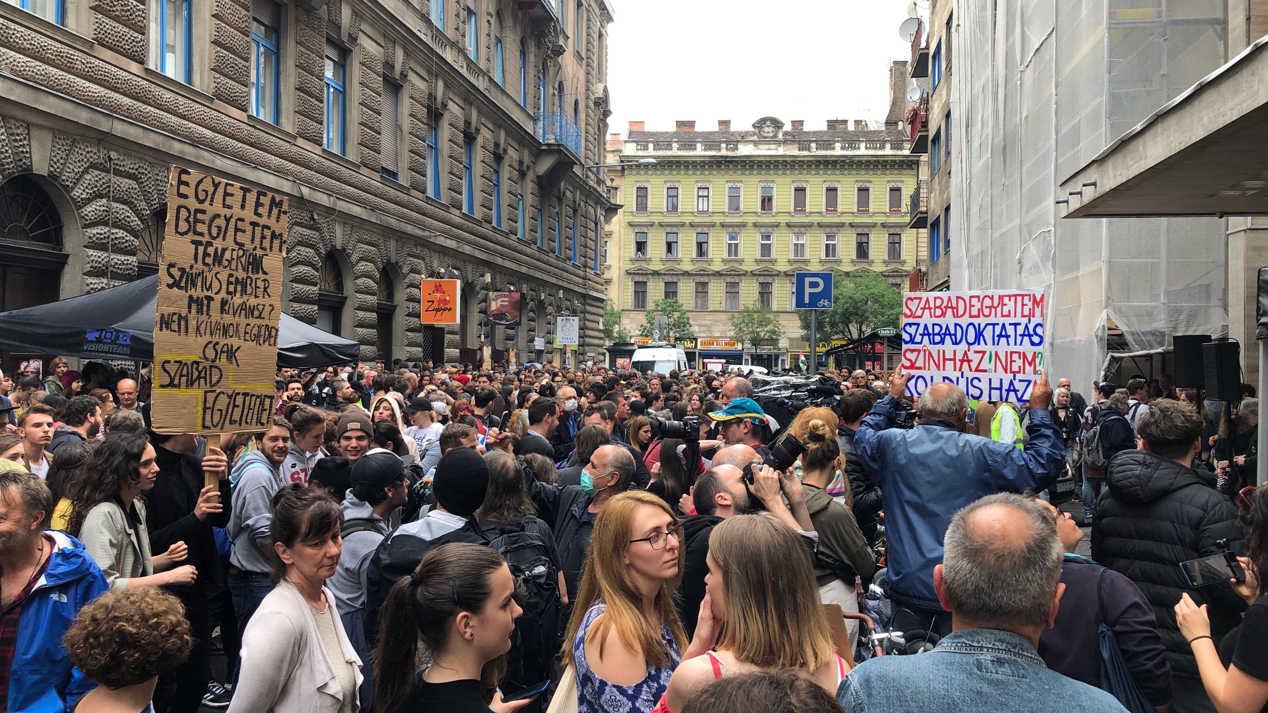 Az SZFE-ért tüntettek több százan