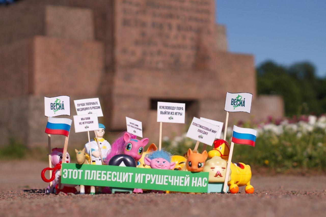 Apró játékokból csinált tüntetést Szentpéterváron, megjelentek lakásában a rendőrök