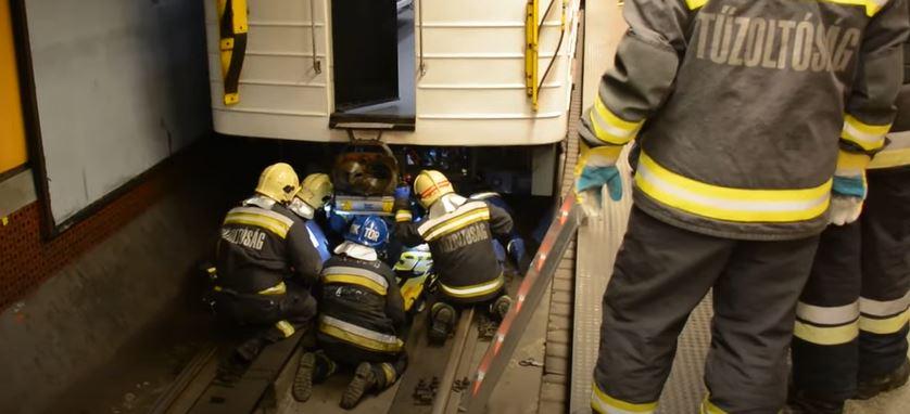 A hármas metró alá zuhant egy férfi