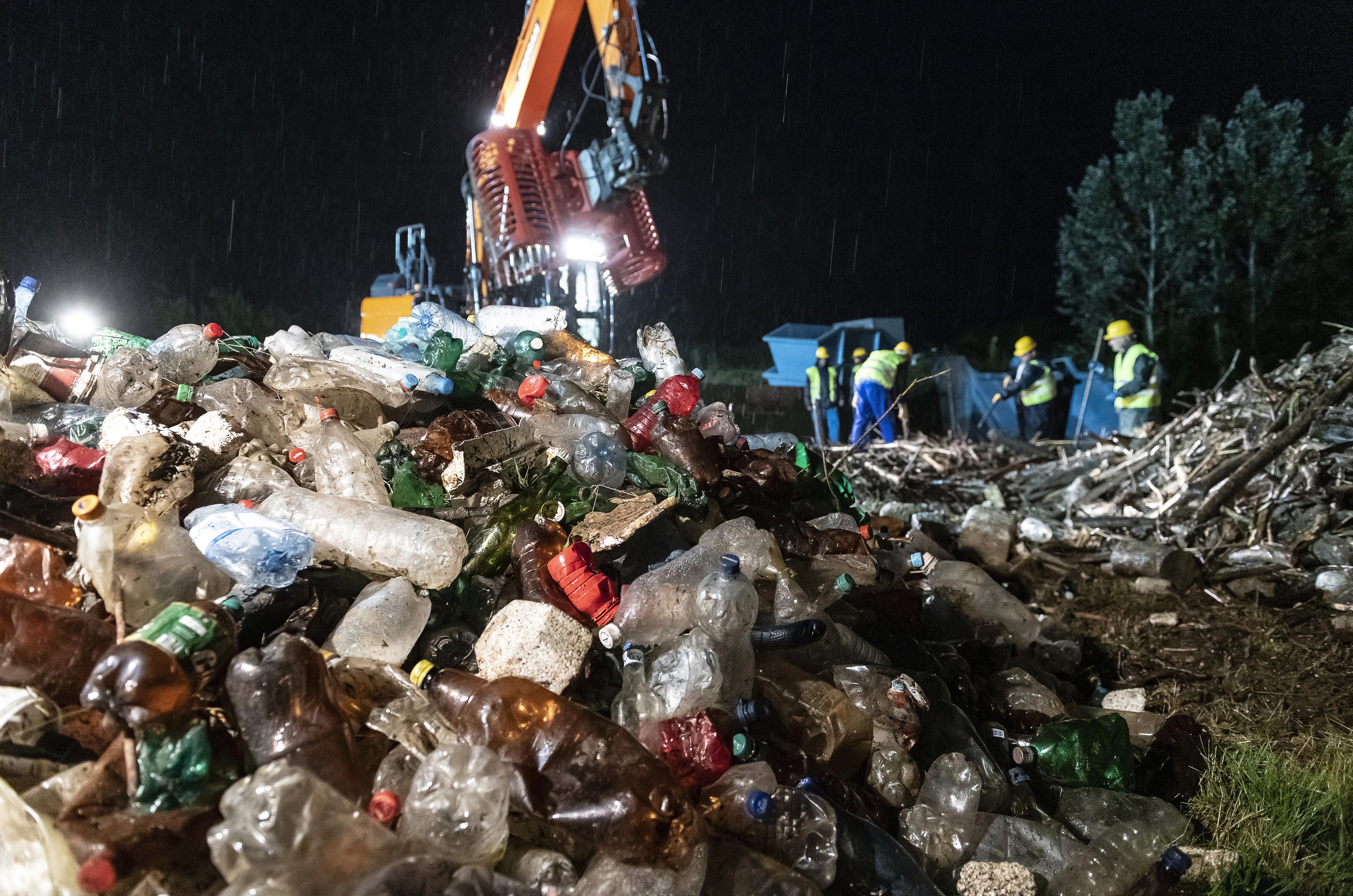 Kiemelték a Szamosból a folyó áradása után Romániából érkező kommunális hulladékot
