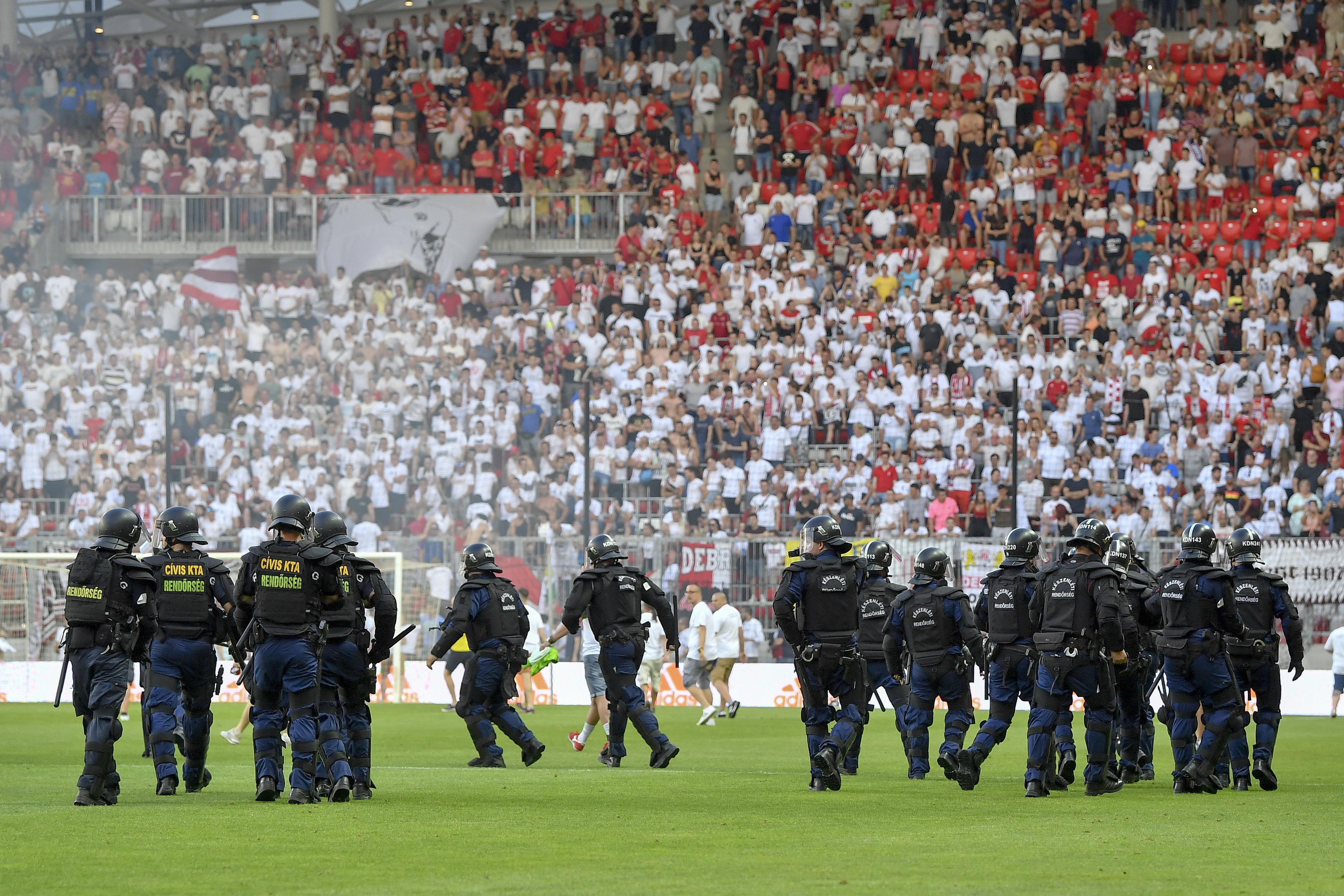 Kiesett a Debrecen, a pályára rohanó, feldühödött szurkolók lerángatták a mezt a játékosokról