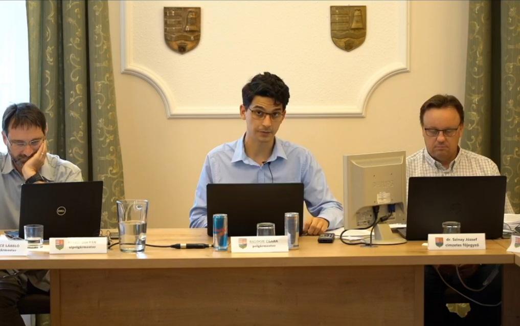 Az ellenzéki többségű képviselő-testület felfüggesztette Göd momentumos polgármesterét