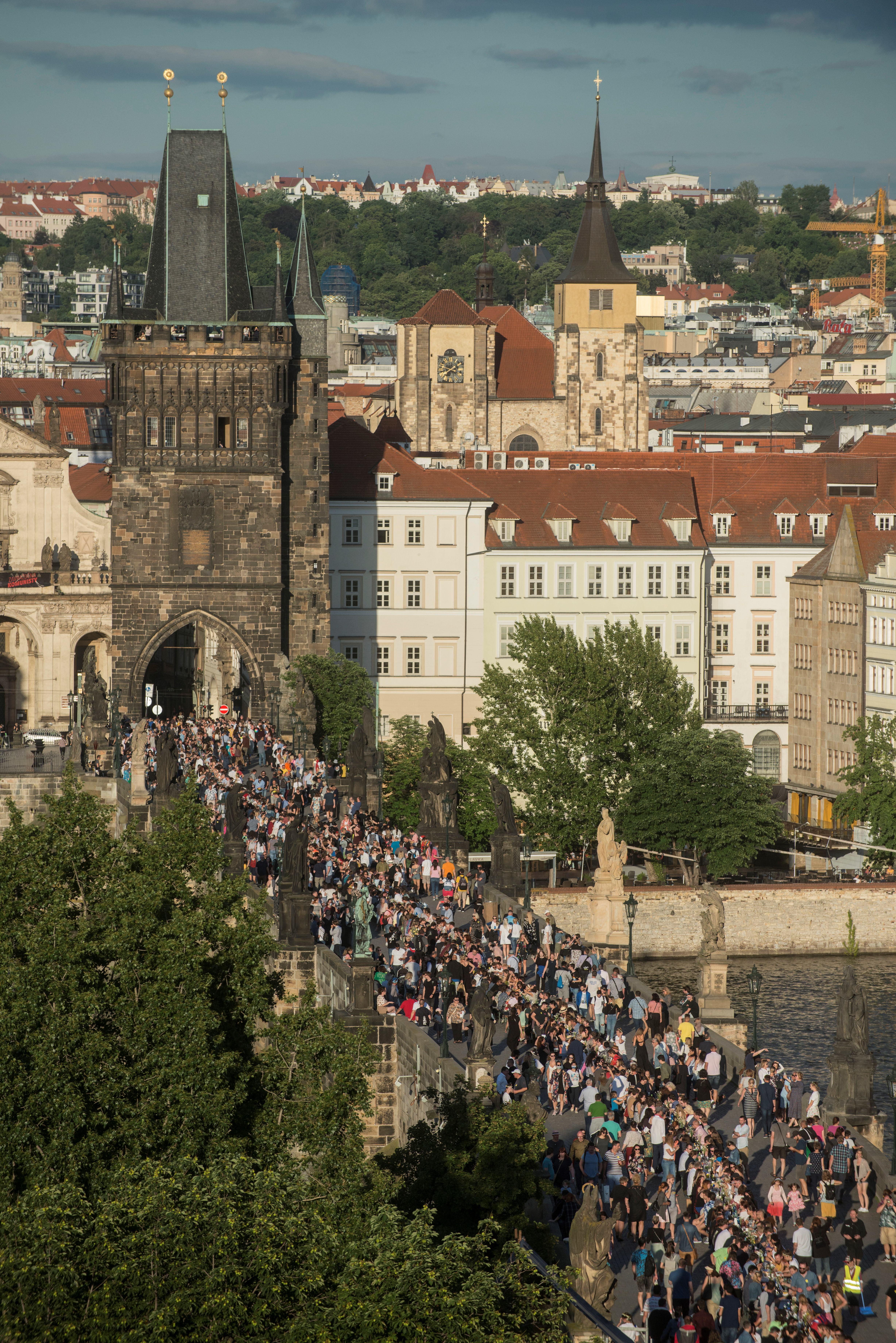 Körös-körül emelkednek a fertőzésszámok, Prágában búcsúbulit rendeztek a koronavírusnak