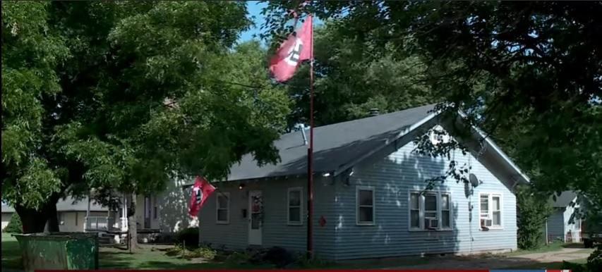 Náci zászlót tűzött a házára, és hátbalőtte, aki megpróbálta lefeszegetni