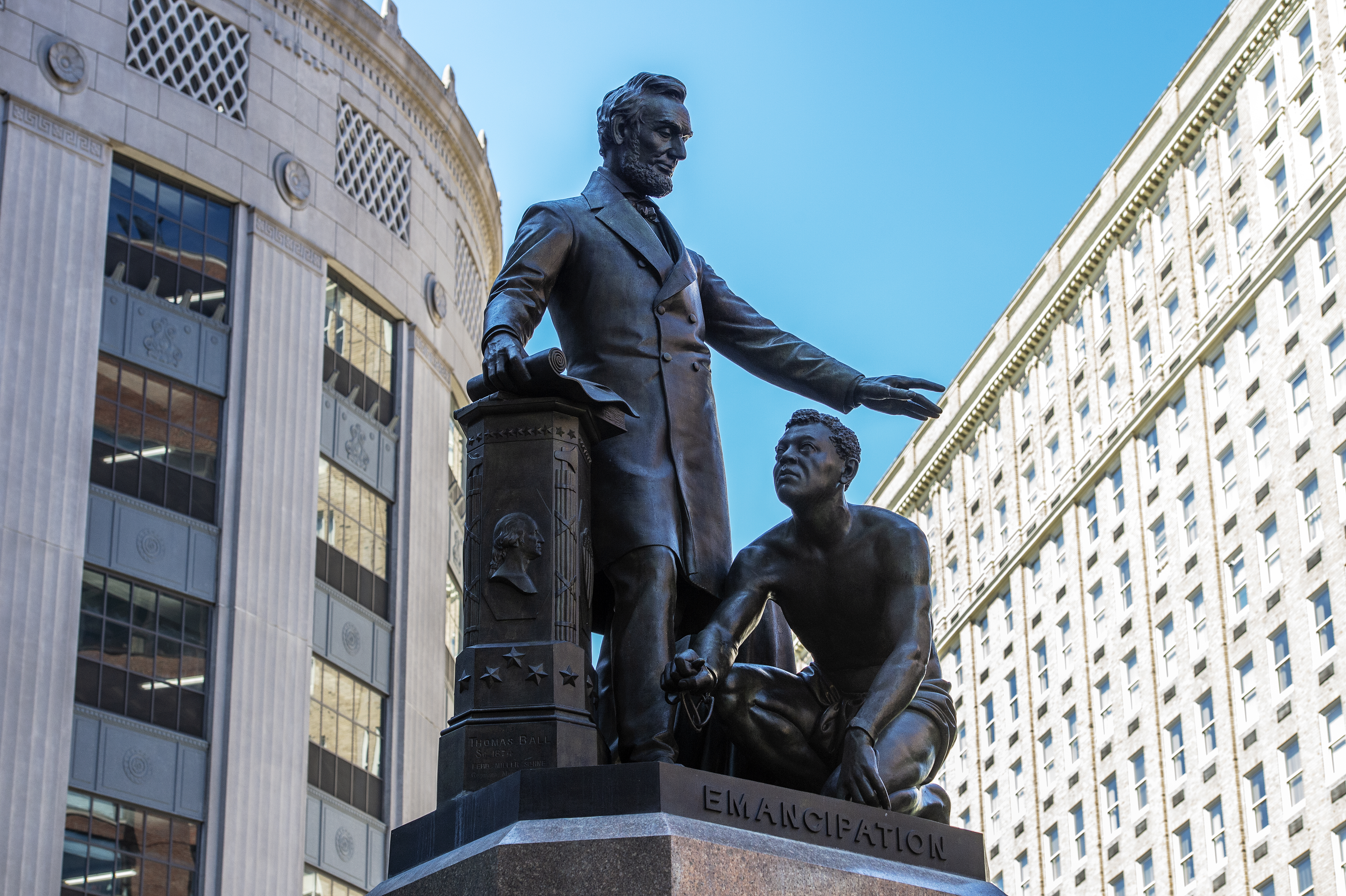 Eltávolítanak egy bostoni szobrot, amelyen egy felszabadított, fekete rabszolga térdel Lincoln elnök lábainál