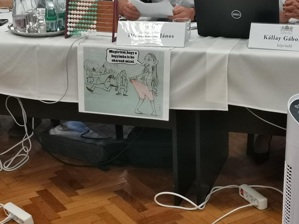 Baranyi Krisztinát ábrázoló primitív, szexista rajz lóg Bácskai János asztalára ragasztva a ferencvárosi testületi ülésen