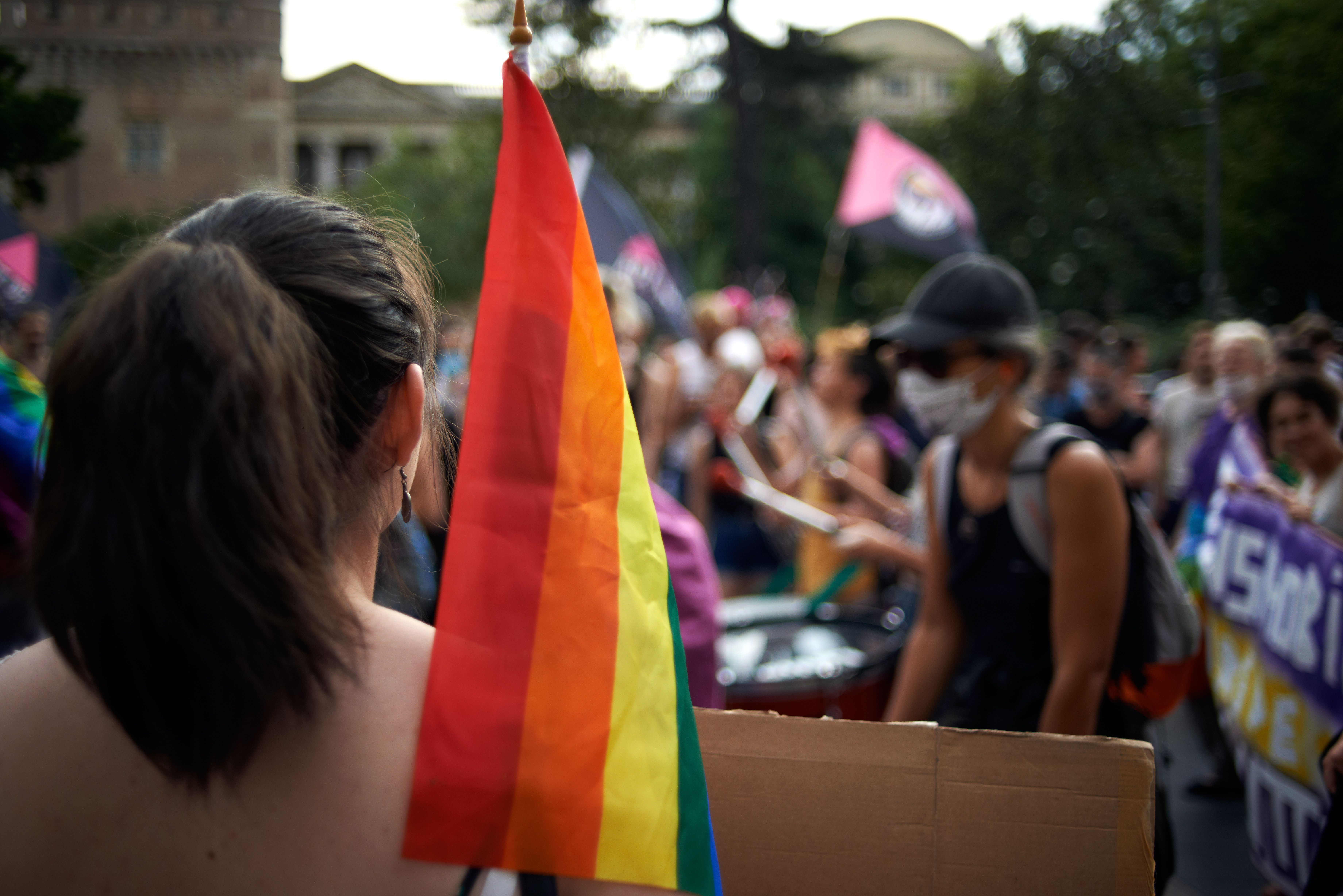 Megtagadta a kormányhivatal a családi pótlékot egy leszbikus pártól, de a per előtt gyorsan visszaléptek