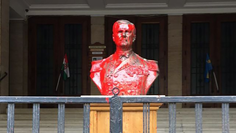 Vádat emeltek a Horthy Miklós szobrát vörös festékkel leöntő nő ellen