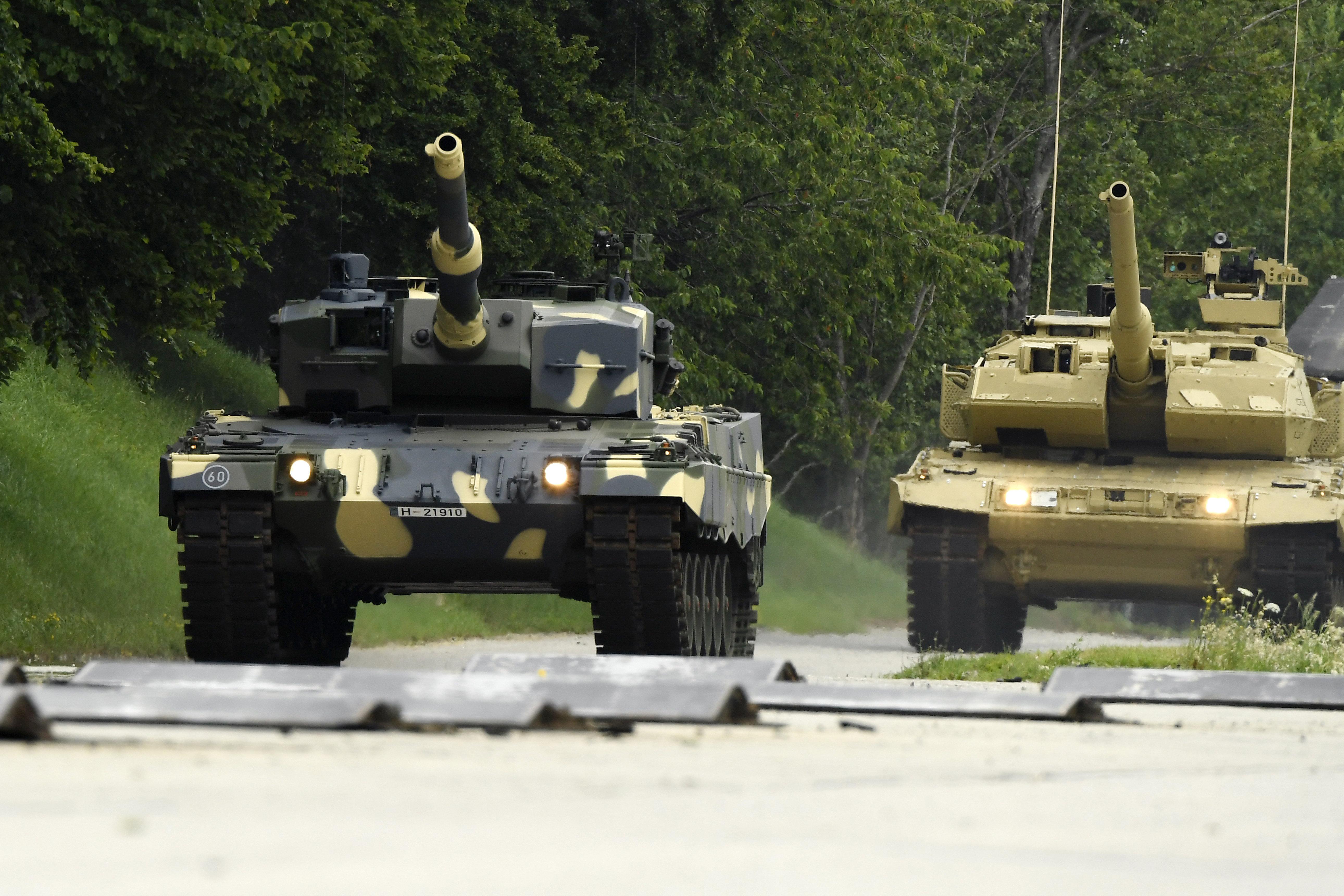 Honvédségi konvoj halad kedd este Hegyeshalomtól Tata felé