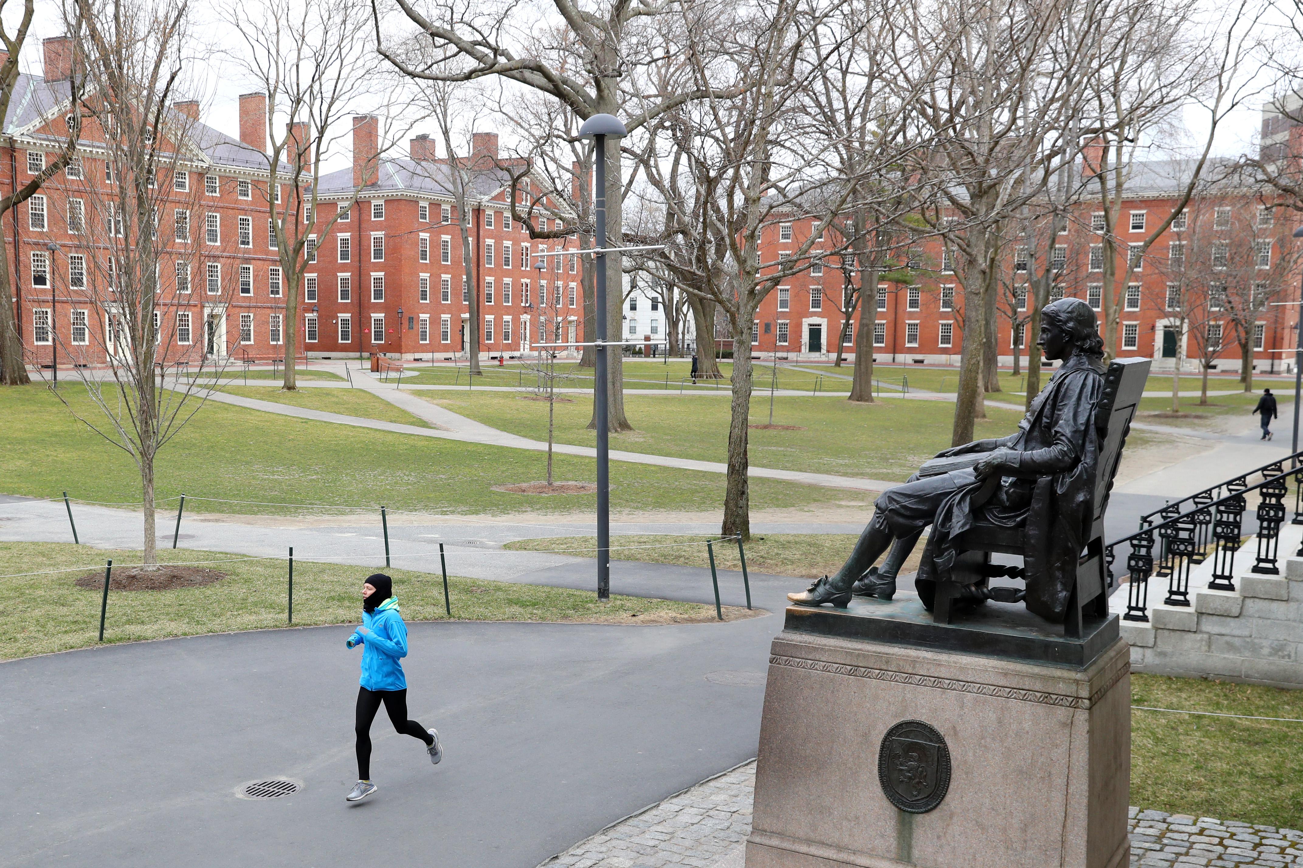 Nem maradhatnak az Egyesült Államokban a külföldi diákok, ha az egyetemük online oktatásra áll át