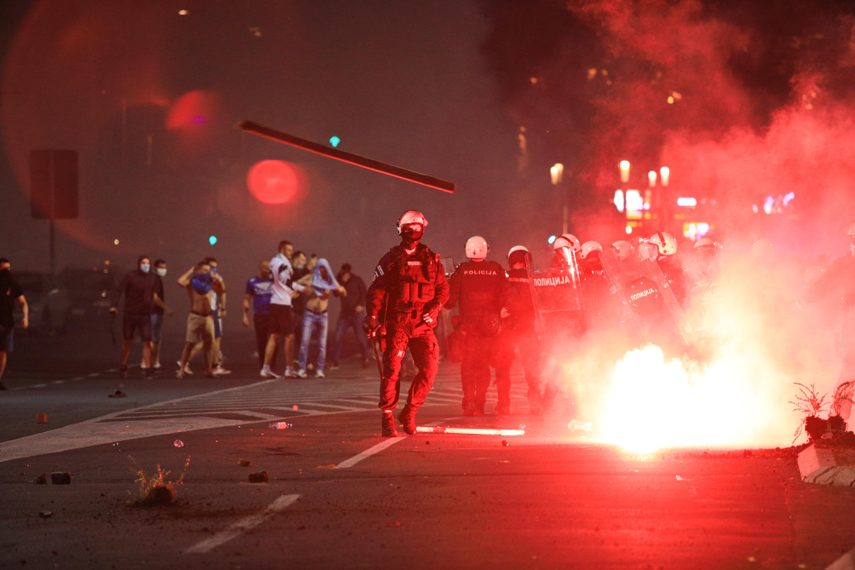 Könnygázzal oszlatták Szerbiában a járványügyi szigorítások ellen tiltakozókat