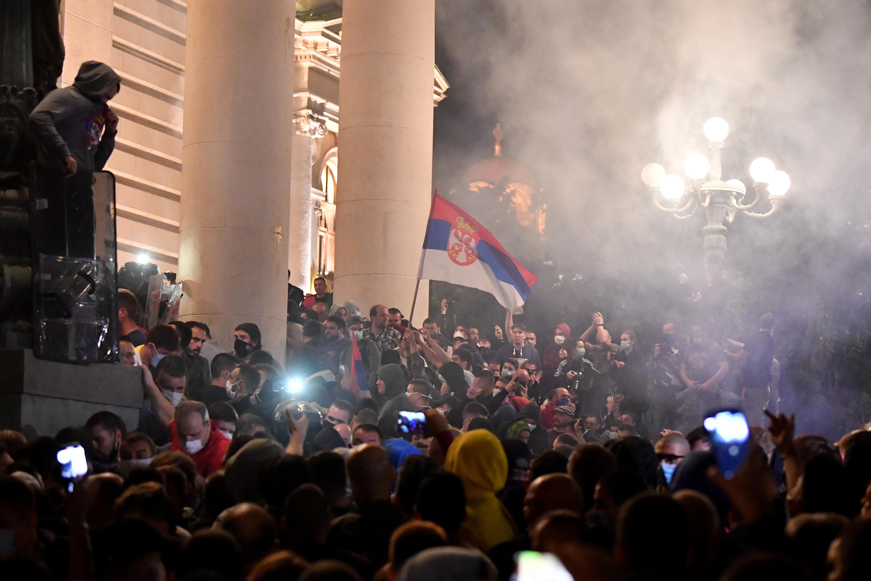 Miután tüntetők törtek be a parlamentbe, a szerb elnök bejelentette: mégsem lesz kijárási korlátozás