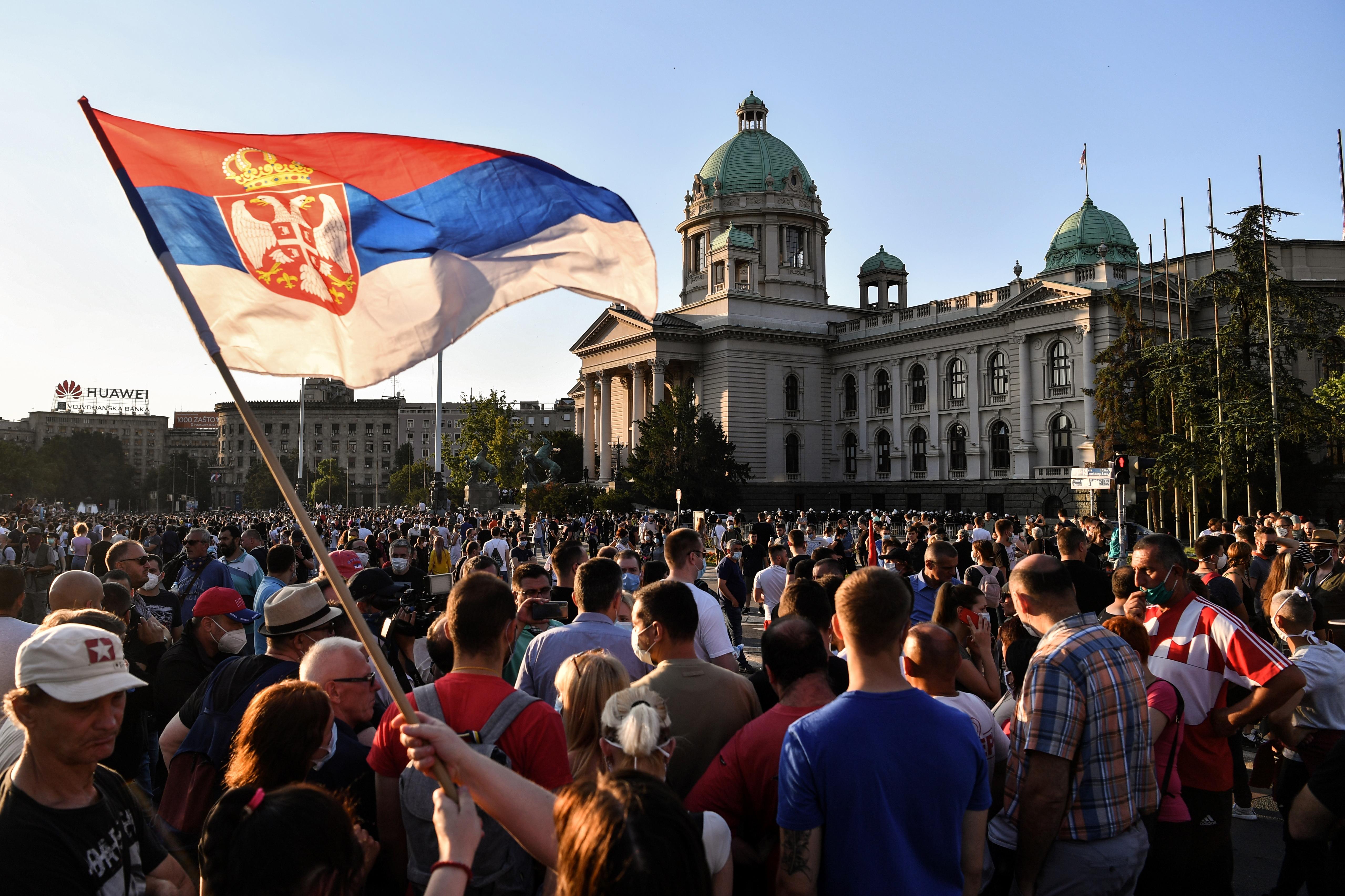 Belgrádban betiltják a tíz főnél nagyobb gyülekezéseket