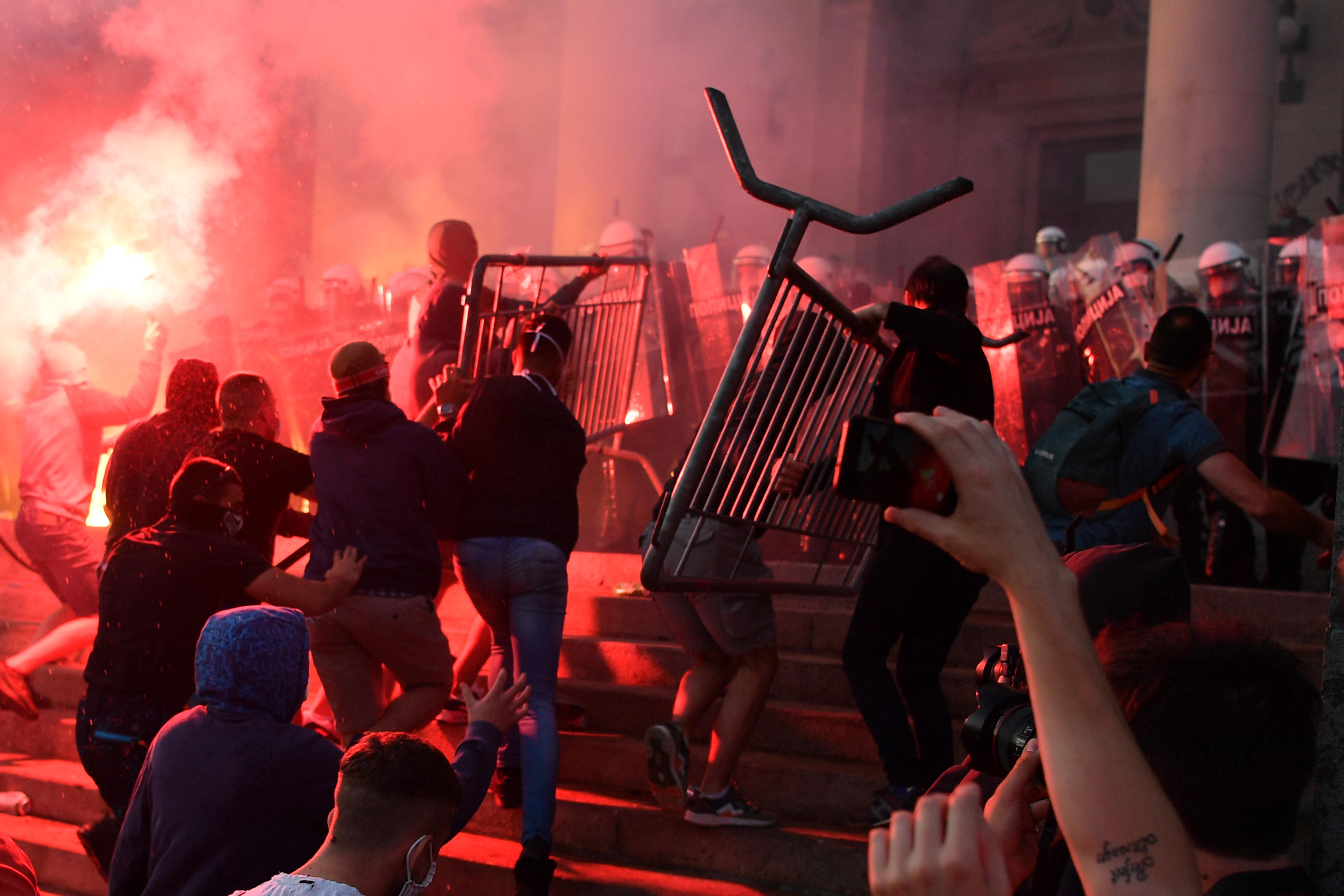 Megint megpróbáltak betörni a parlamentbe a belgrádi tüntetők