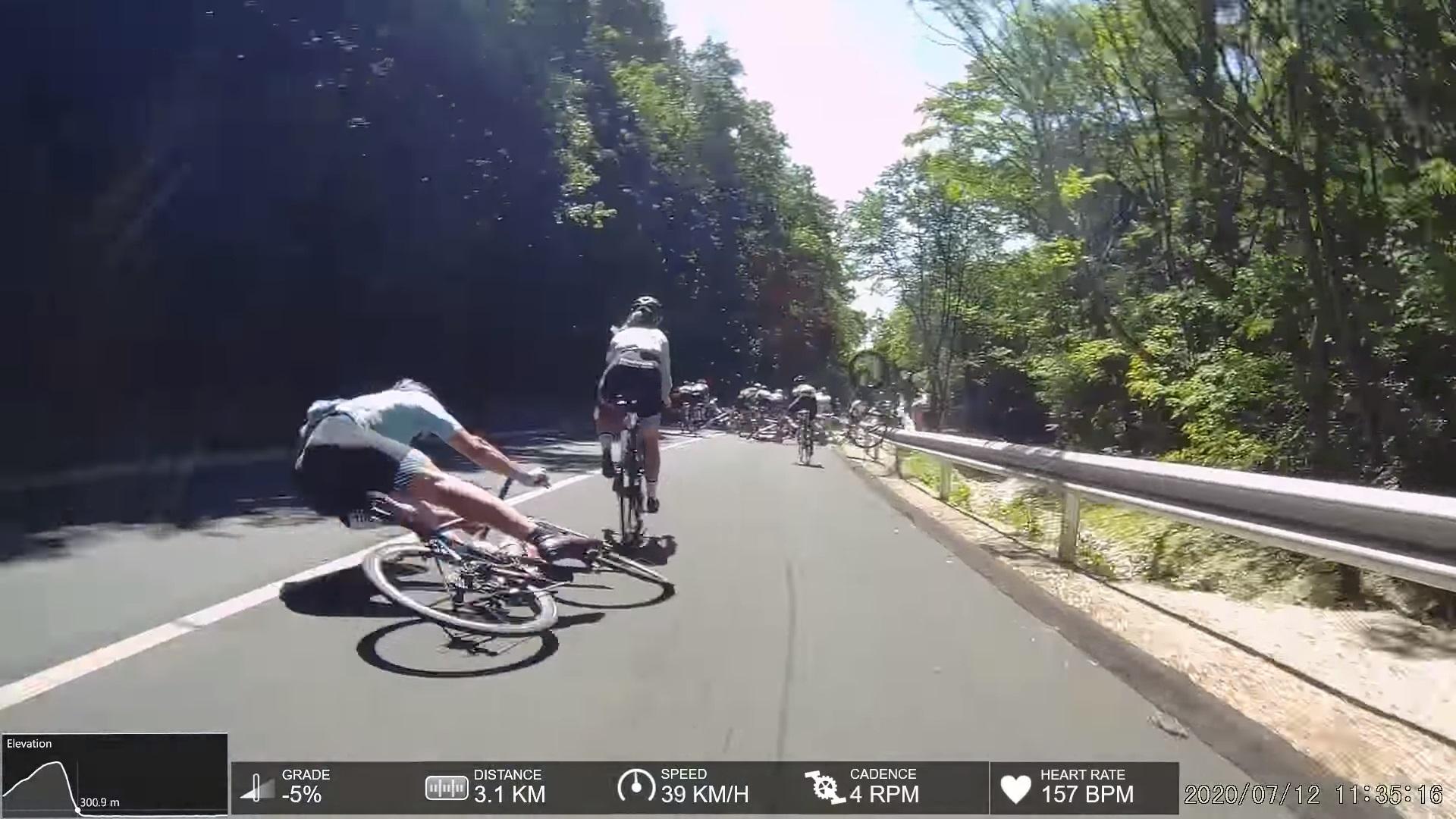 Videó a balatonfelvidéki bicikliversenyen történt tömeges bukásról