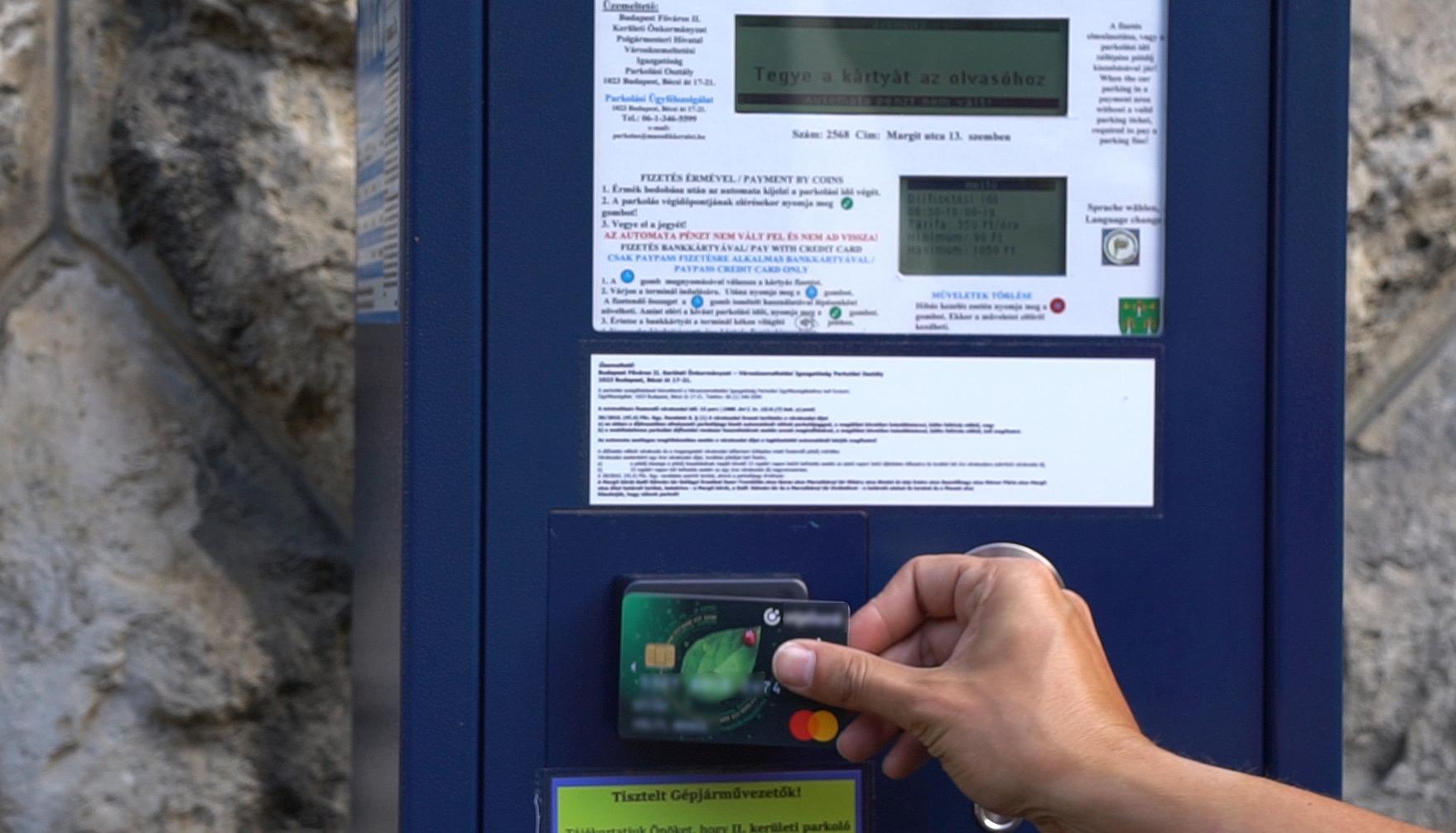 Csoda: Az egyik budapesti kerületben tettek valamit, hogy ne a parkolási vállalkozóknál landoljon az autósok összes pénze