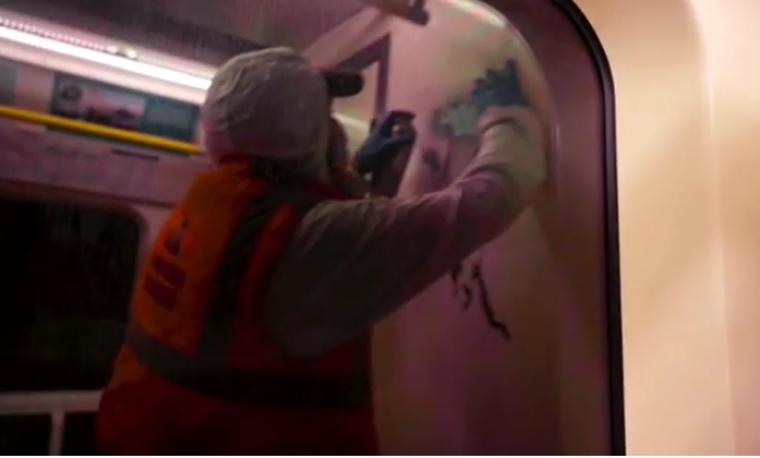 Banksy graffitizett a londoni metróban, a takarítók letörölték