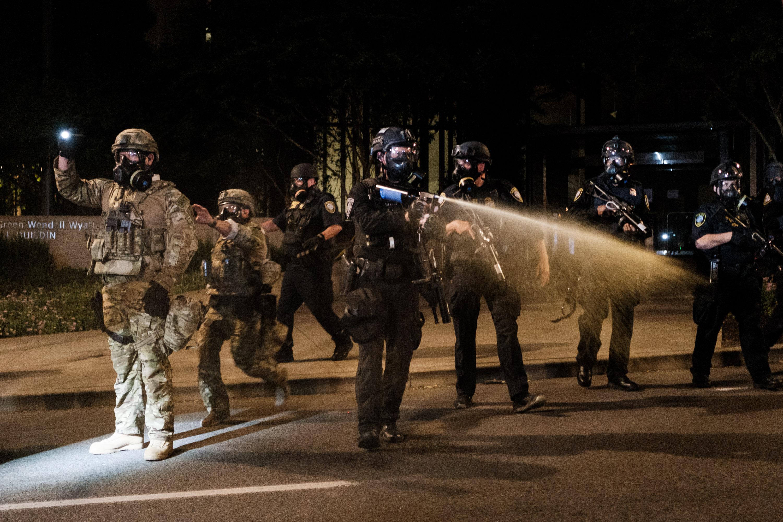 A portlandi városvezetés szerint szövetségi fegyveresek jogtalanul vesznek őrizetbe oregoniakat
