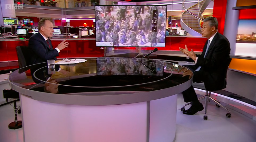A BBC riportere szembesítette a londoni kínai nagykövetet a kopaszra nyírt, bekötött szemű ujgurokat ábrázoló drónfelvétellel