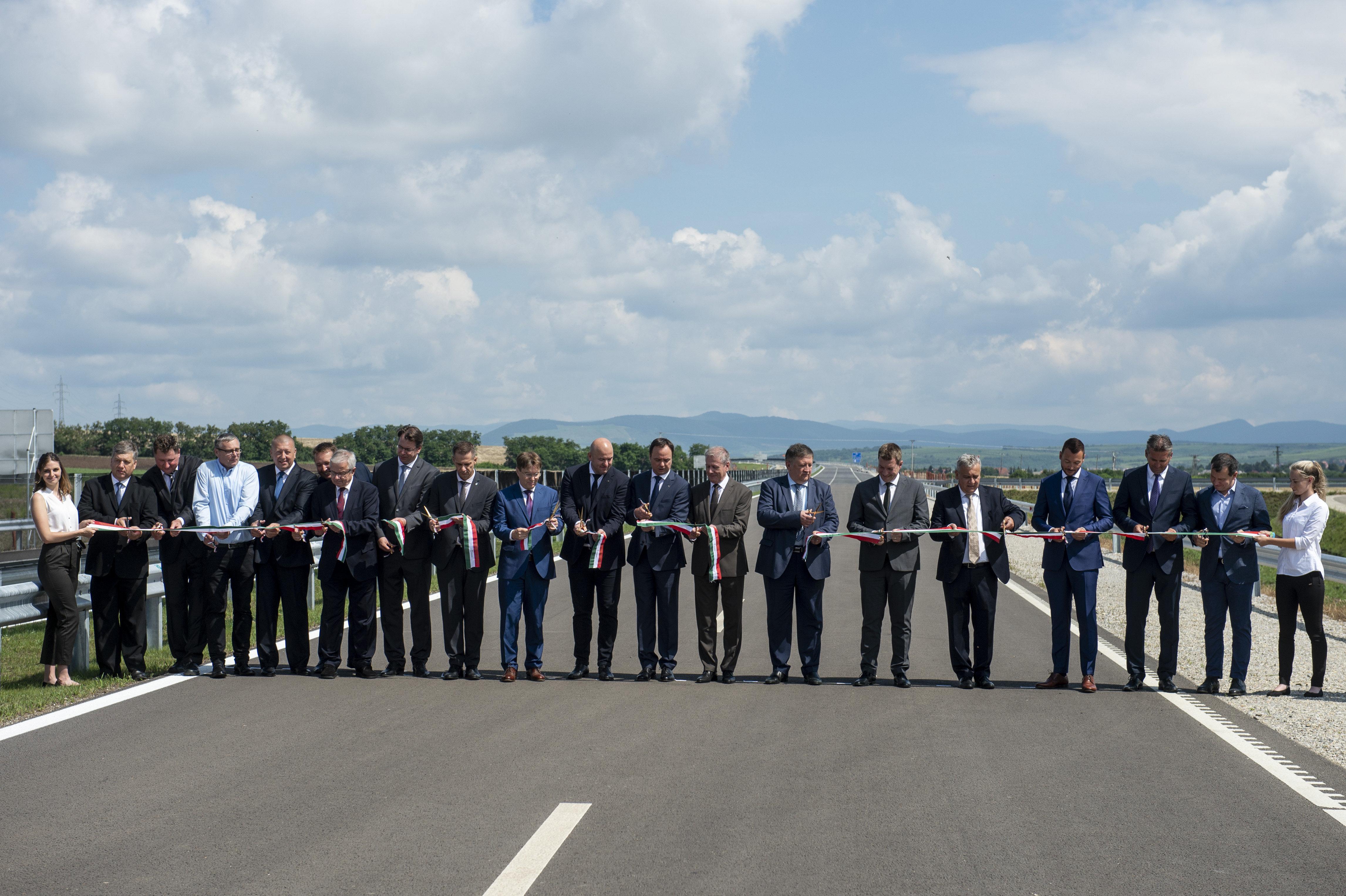 És azt ismered, hogy hány férfi kell egy 18,5 kilométeres út átadásához?