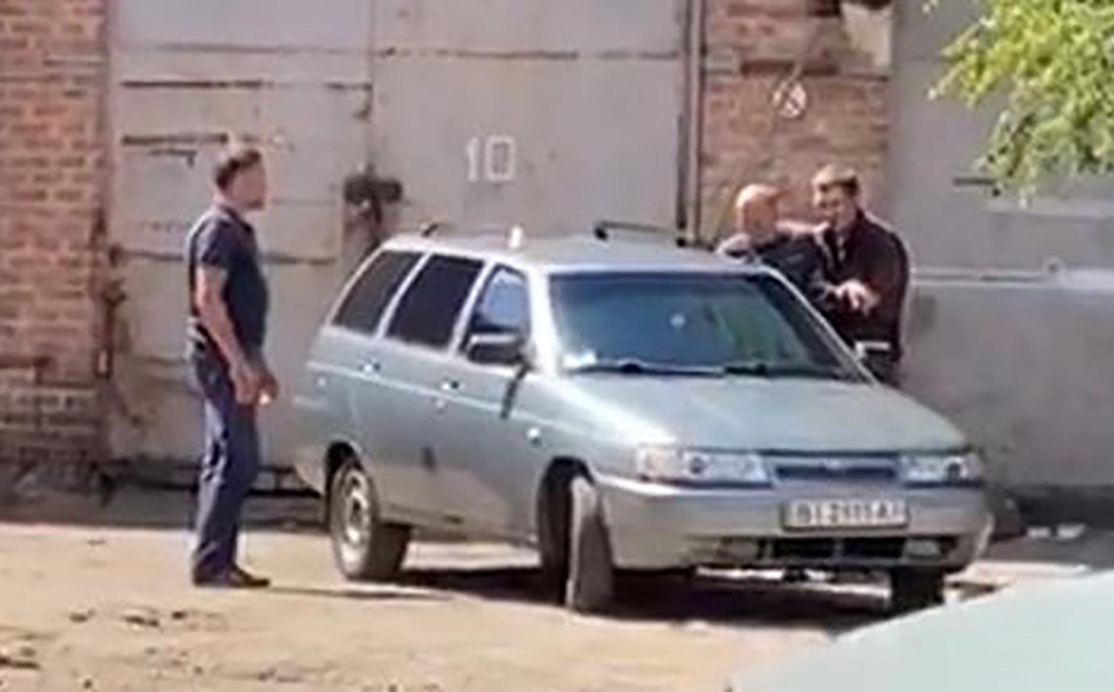 Egy gránát felrobbantásával fenyegetőző autótolvaj túszul ejtett egy rendőrt Ukrajnában
