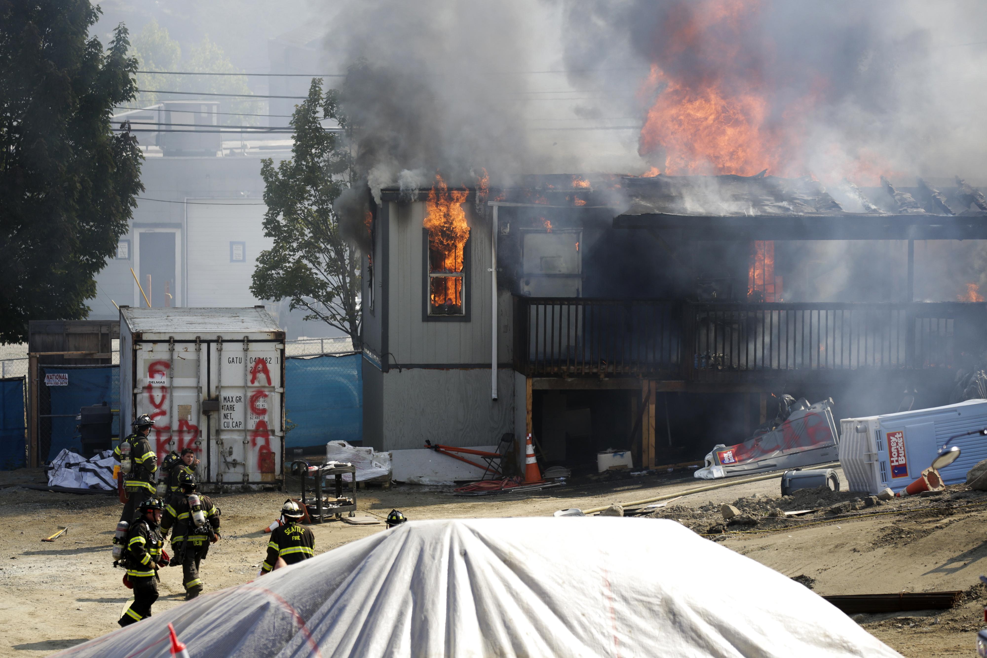 Folytatódnak a tünetések Amerikában, Seattle-ben felgyújtottak egy építési területet