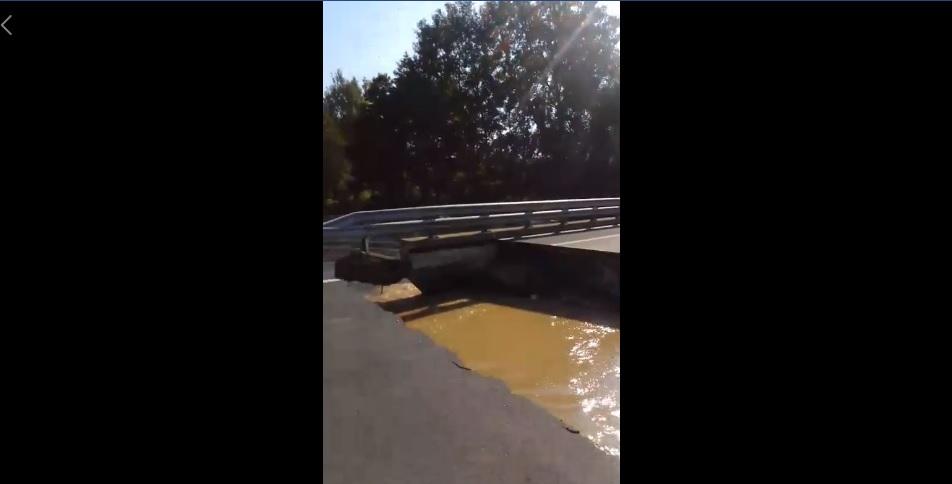 Úgy megáradt a Rinya-patak, hogy eltűnt a híd egy része