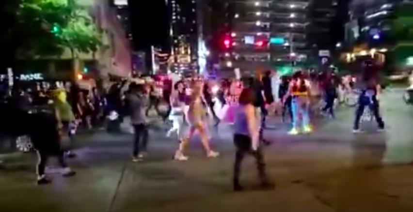A négy végtagján amputált tolószékes fekete barátnőjét vitte ki a  tüntetésre a kalasnyikovos fehér férfi, akit egy autós agyonlőtt Texasban