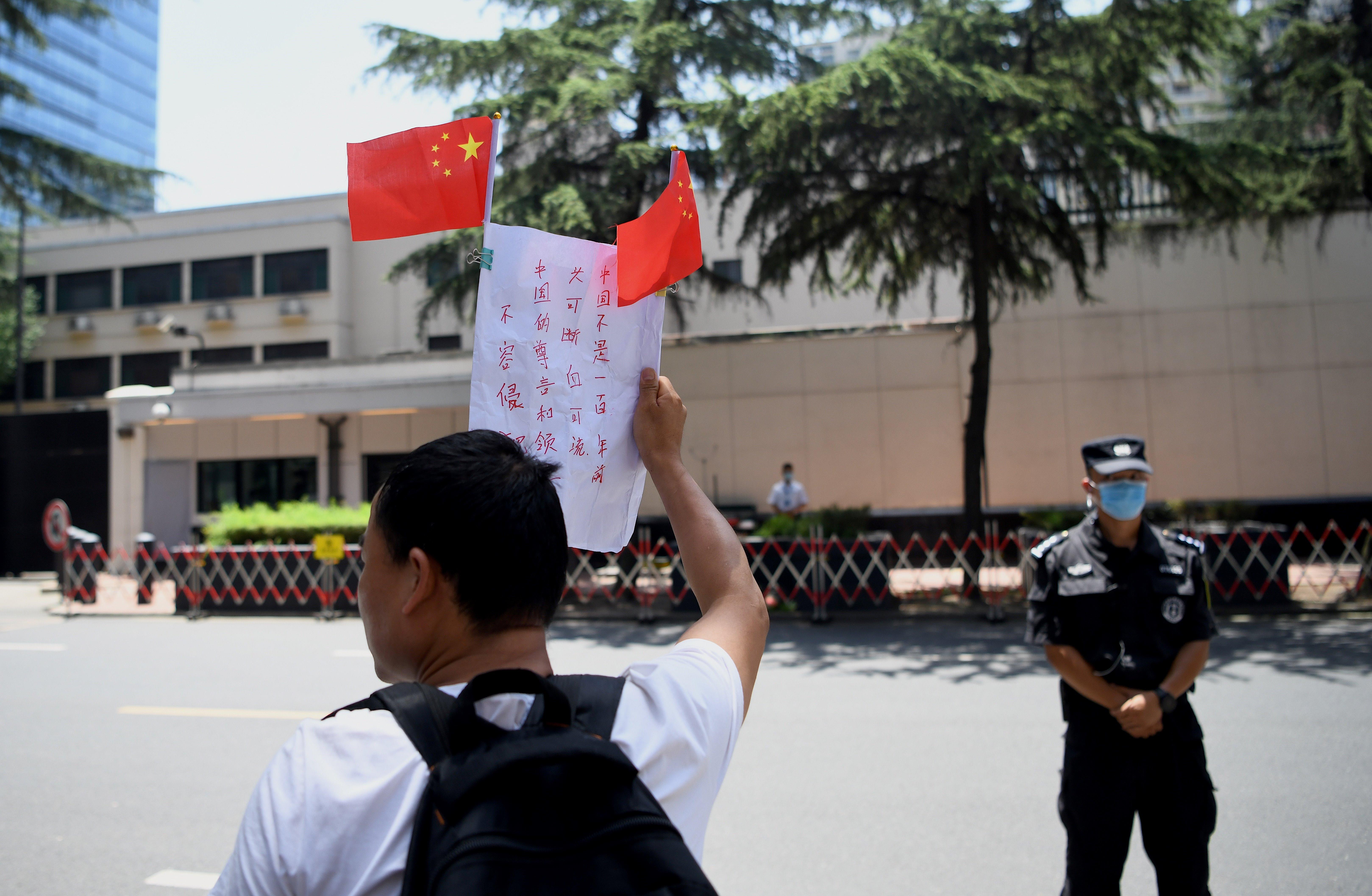 Ünneplő helyiek gyűrűjében hagyták el az amerikaiak a bezárt konzulátust a kínai Csengtuban