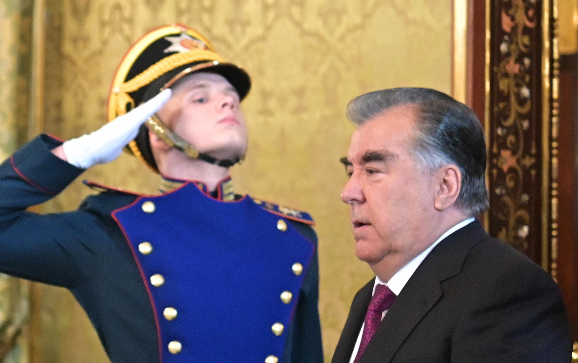 A tadzsik elnök unokaöccsei brutálisan összeverték az ország egészségügyi miniszterét, miután az anyjuk, az elnök testvére meghalt covidban