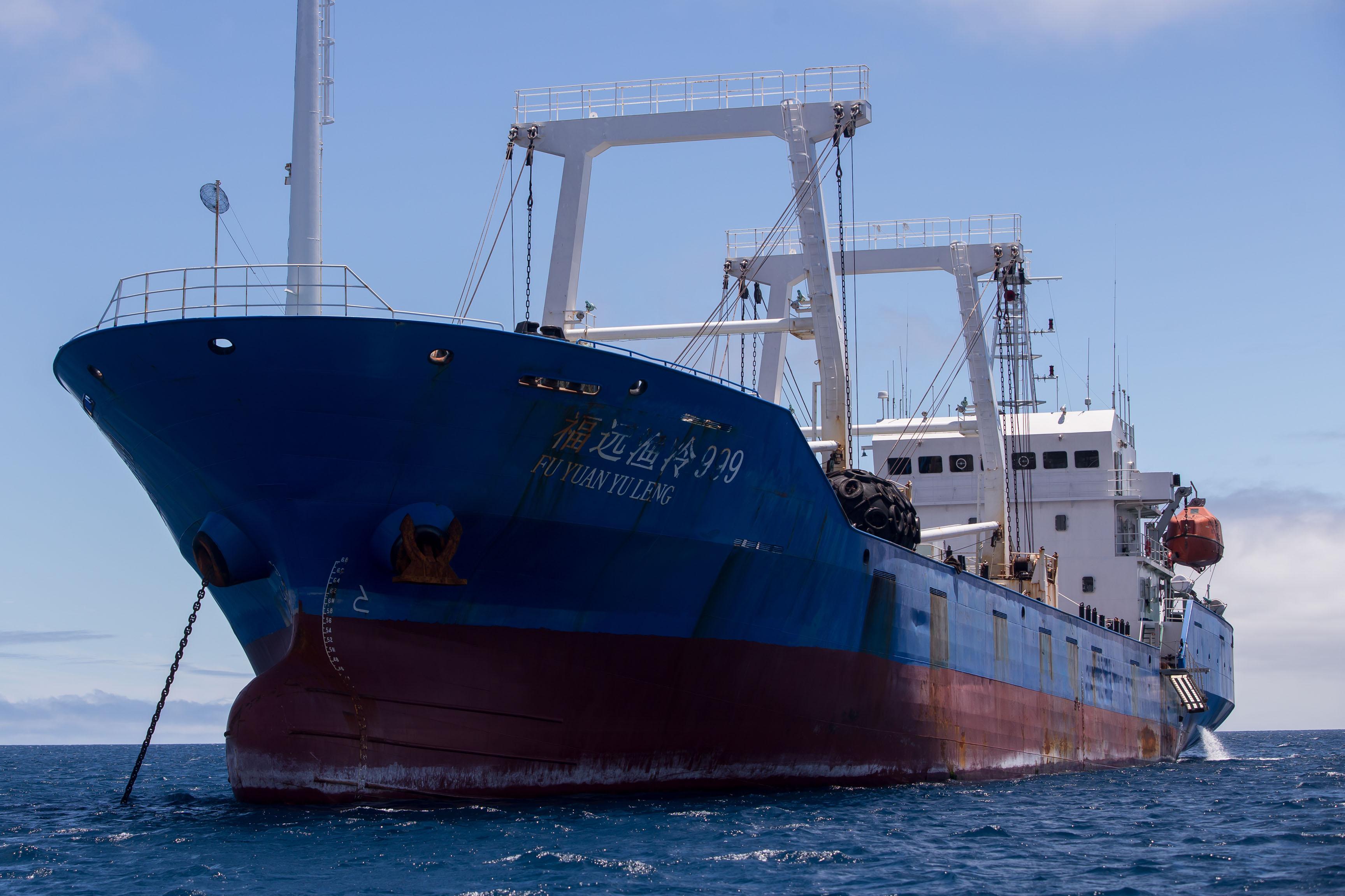 Hatalmas kínai halászflotta bukkant fel a Galápagos-szigetek közelében