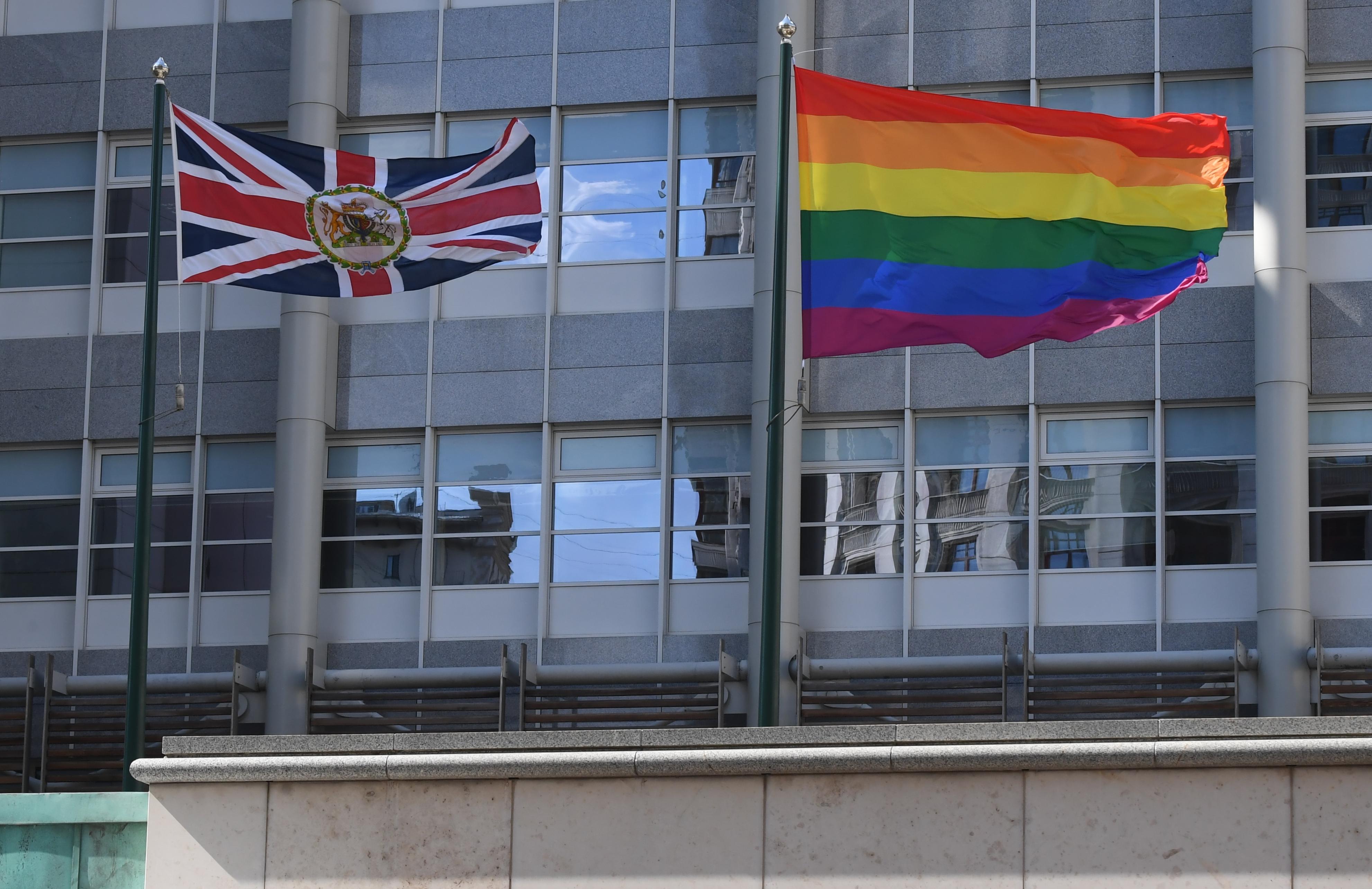 Moszkva tiltakozik, amiért három nagykövetség is kitűzte a szivárványos zászlót