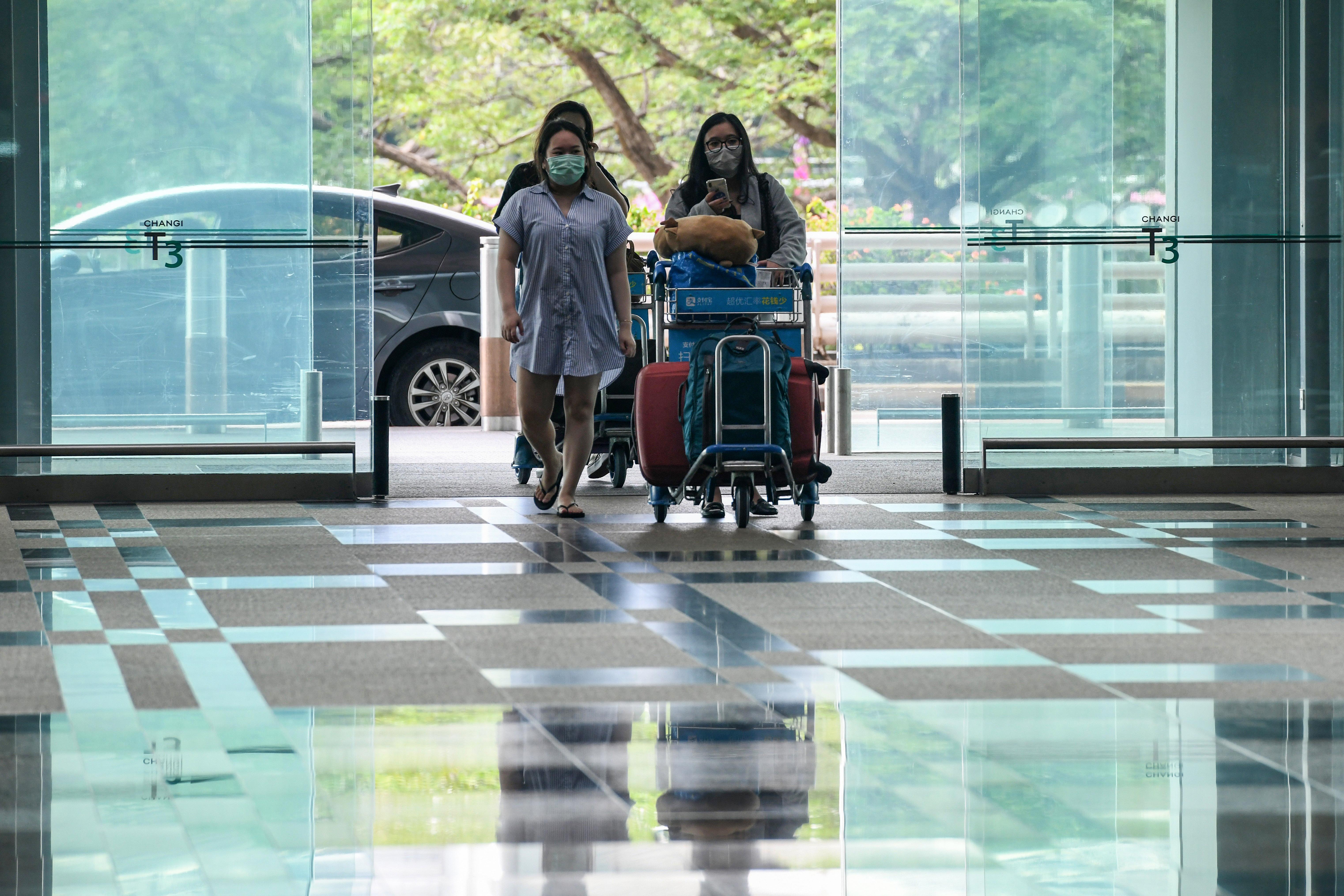 Szingapúrban nyomkövető karkötővel figyelik, betartják-e az emberek a karantént