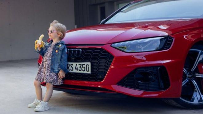 Az Audi elnézést kért a hirdetésért, melyben egy banánt evő kislányt állítottak egy autó elé
