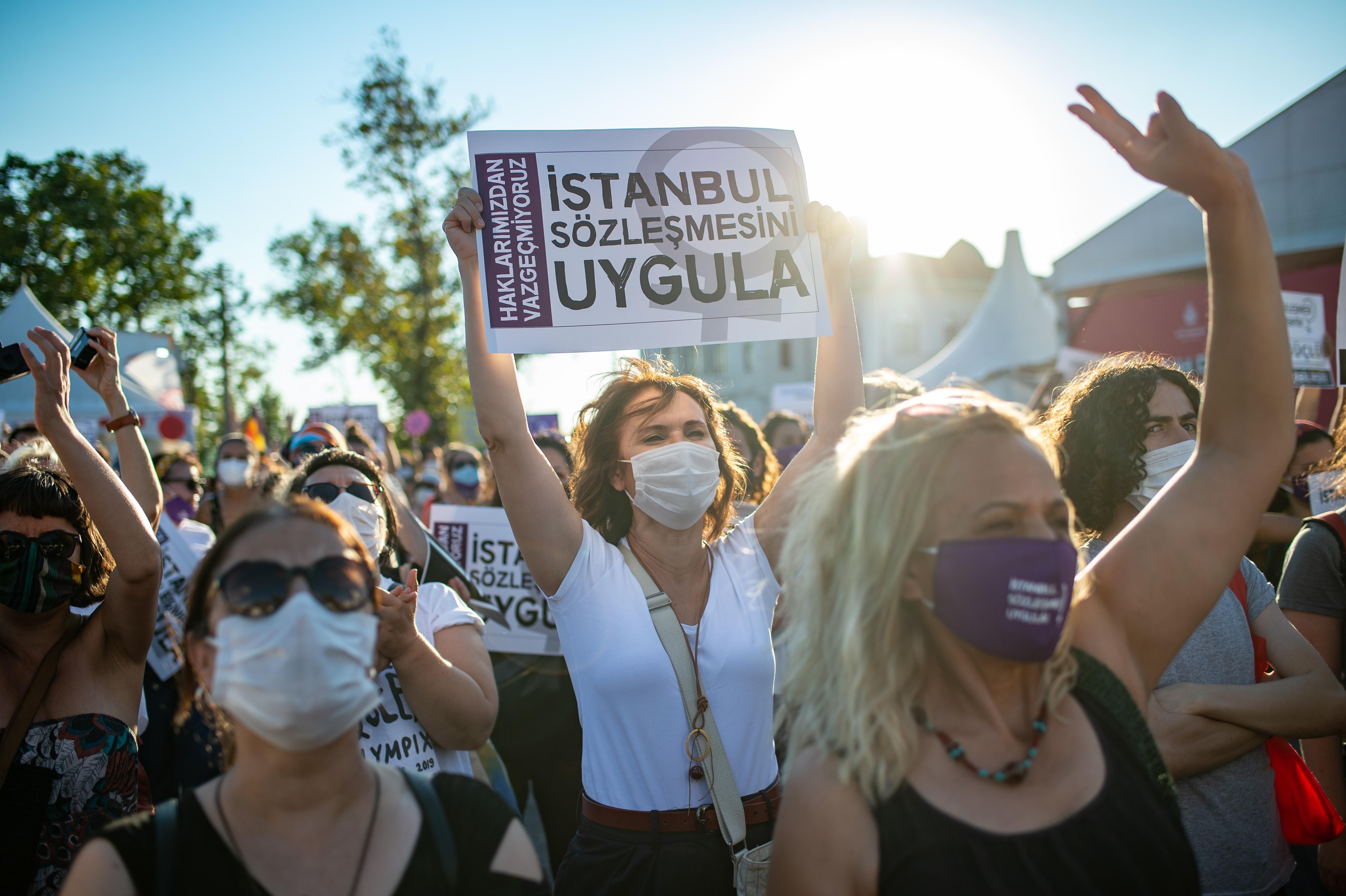 Több ezer nő tüntetett Törökországban azért, hogy a kormányuk ne lépjen ki az isztambuli egyezményből